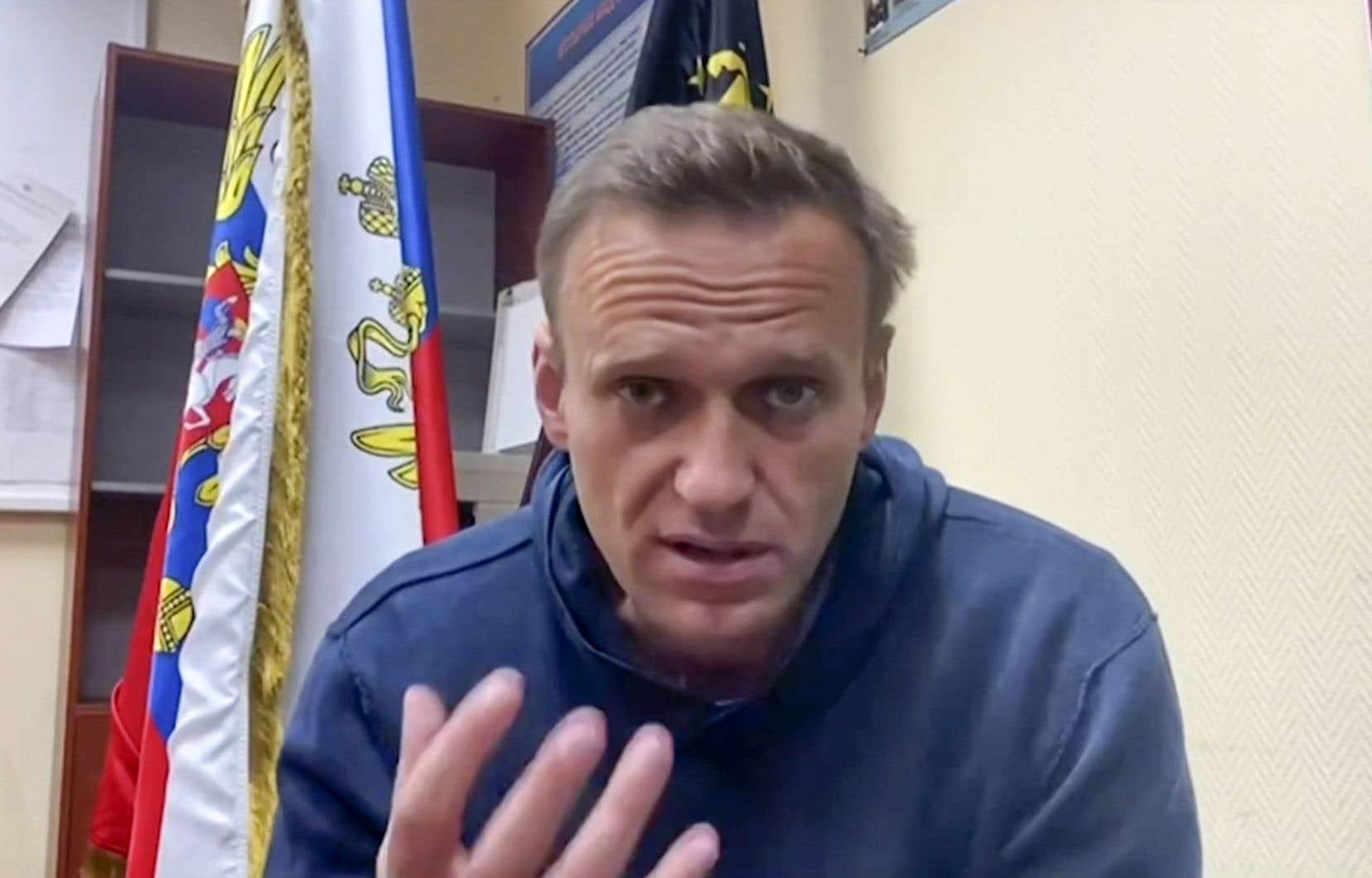 «N'ayez peur de rien, descendez dans la rue. Pas pour moi, mais pour vous-mêmes et pour votre avenir», a lancé M.Navalny dans une vidéo diffusée sur les réseaux sociaux, depuis la salle d'audience.