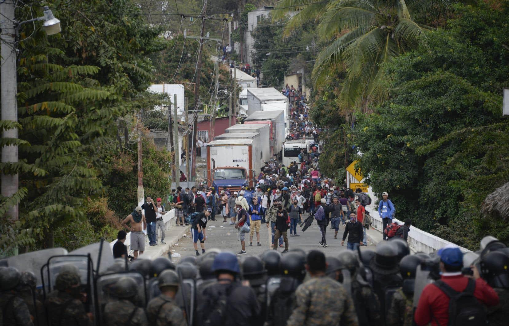 Des migrants qui étaient restés stationnés un axe routier frontalier, bloquant depuis samedi le transit de marchandises, ont été dispersés par de nouveaux tirs de gaz lacrymogène lancés par la police anti-émeute.
