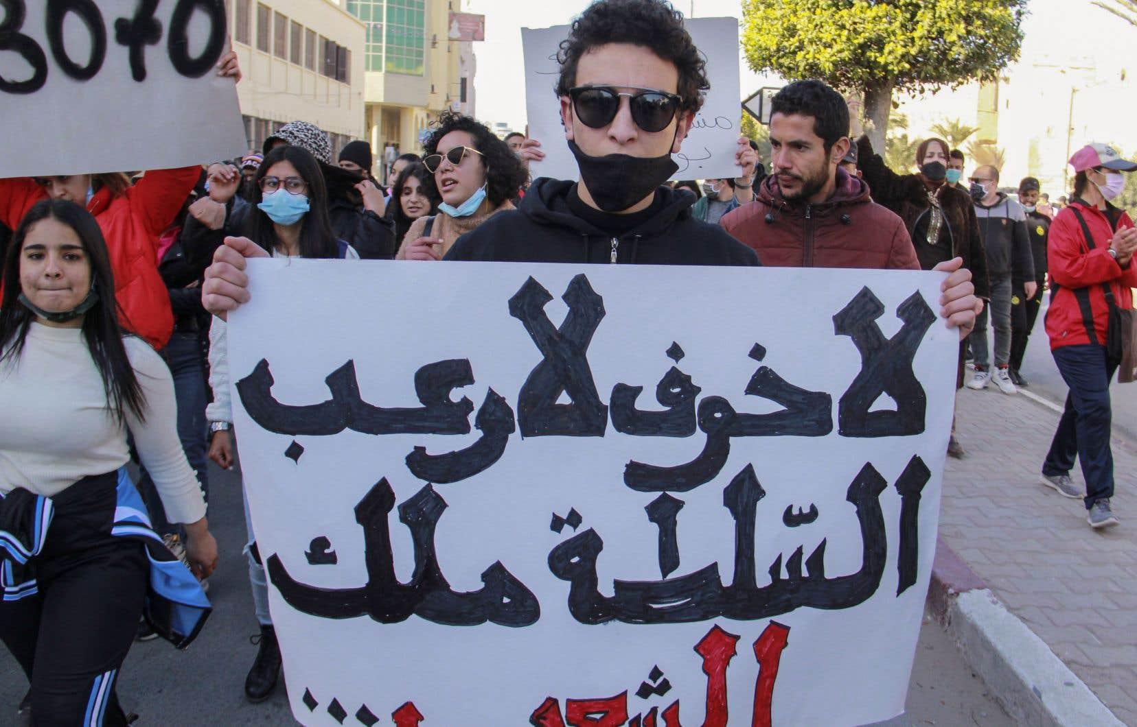 Plusieurs centaines de jeunes se sont rassemblés mardi à Tunis et à Sfax, bravant l'interdiction de rassemblement décrétée pour des raisons sanitaires.