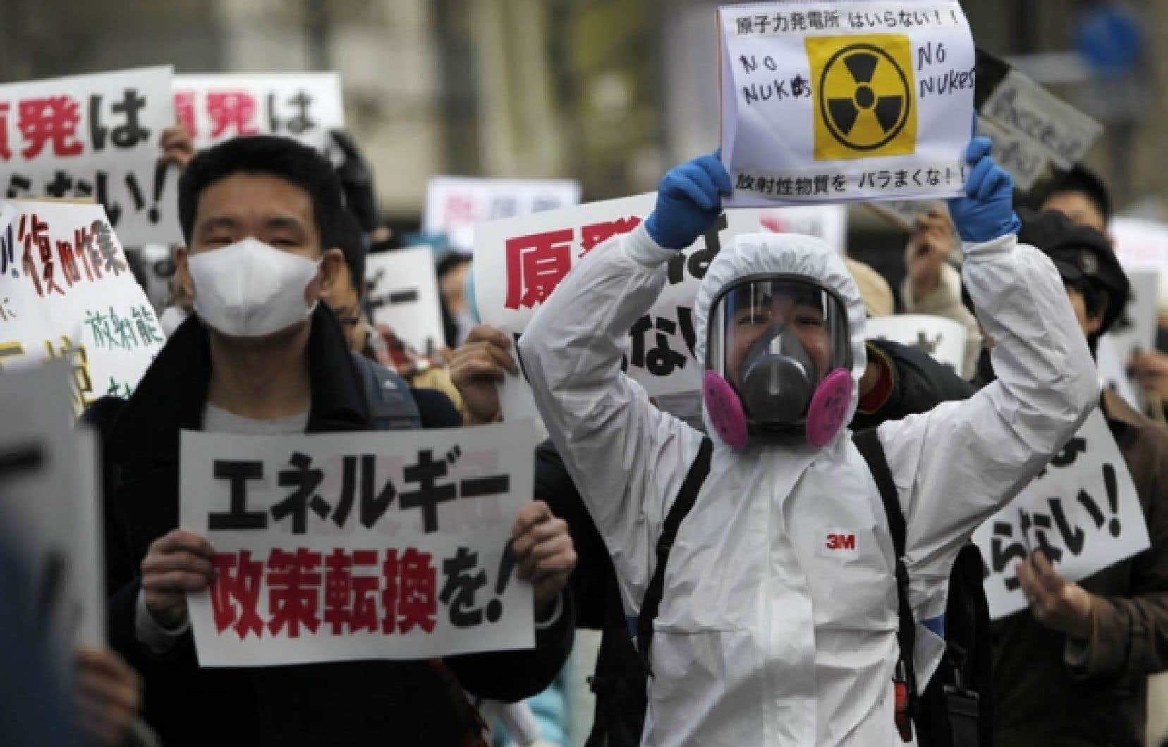 Des manifestants anti-nucléaire ont marché hier dans les rues de Tokyo, exhortant le pouvoir à changer sa politique énergétique. <br />