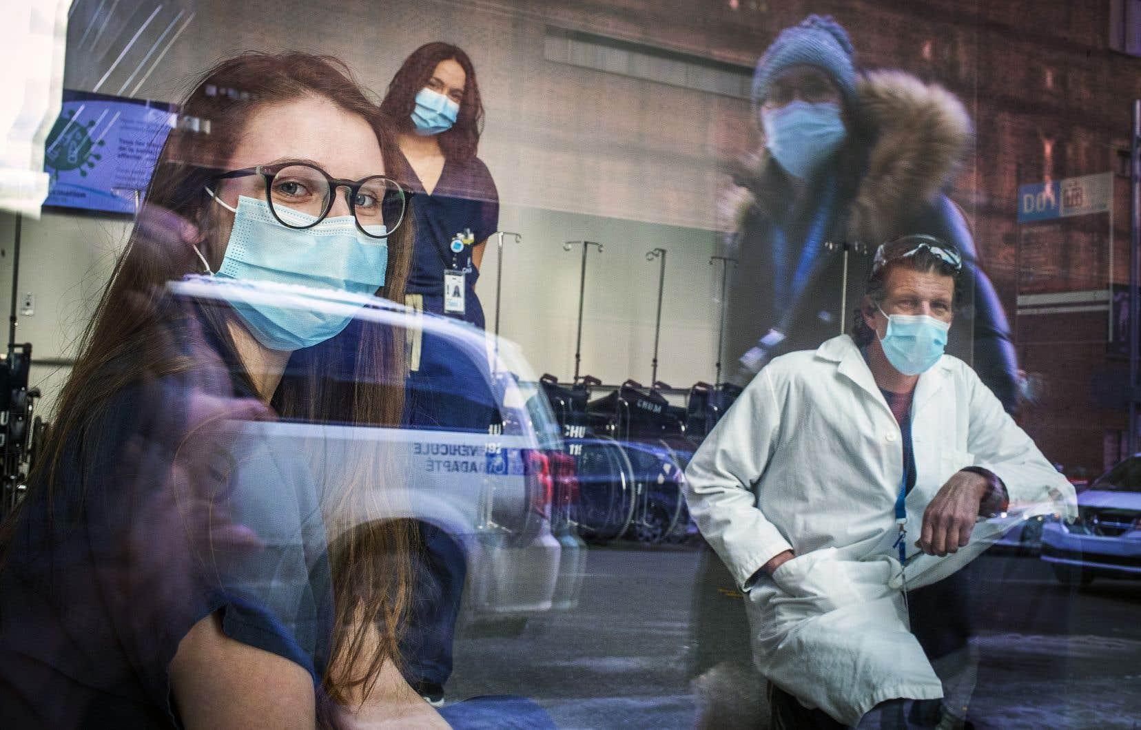 L'inhalothérapeute Brenda L'Écuyer (à l'avant-plan), le préposé aux bénéficiaires Pierre St-Denis et l'infirmière Lucie Hénocq sont au front depuis le début de la pandémie.