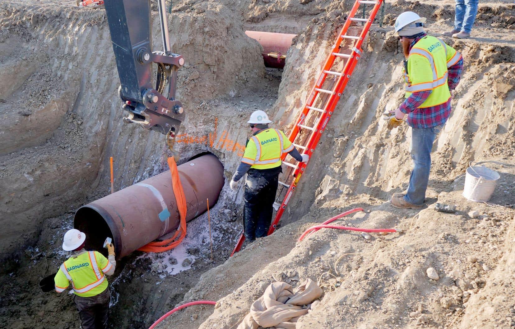 Des ouvriers de TC Energy installant une section du pipeline Keystone XL à Glasgow, dans le Montana, en avril dernier.