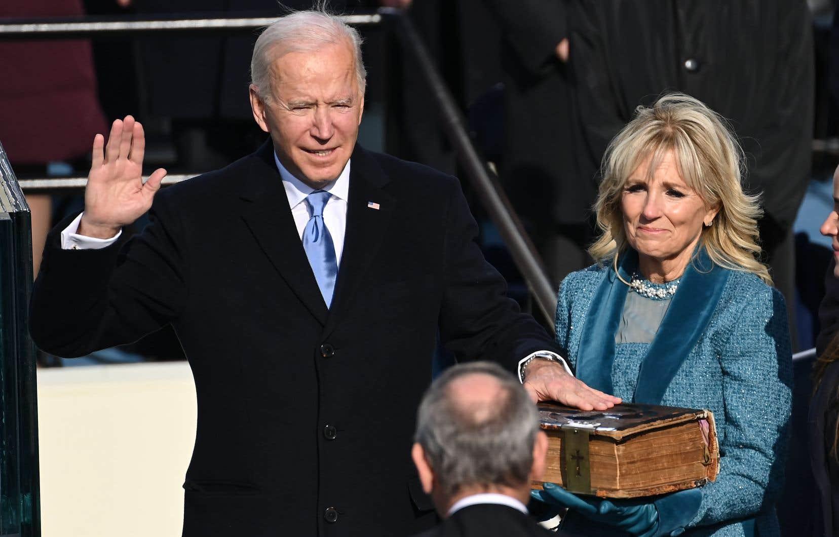 Le 46e président américain, Joe Biden, accompagné de sa femme, Jill, a prêté serment sur une énorme bible familiale.