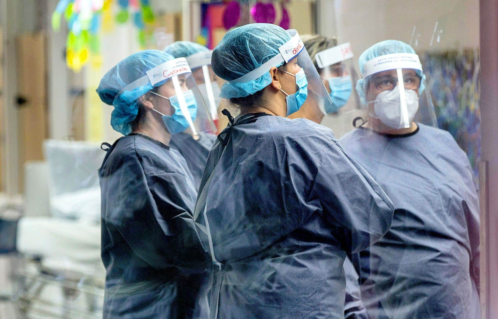 Les hôpitaux font face à de nombreuses éclosions. Mercredi, 127 étaient en cours, soit 13 de plus qu'il y a deux semaines, d'après le ministère de la Santé et des Services sociaux.