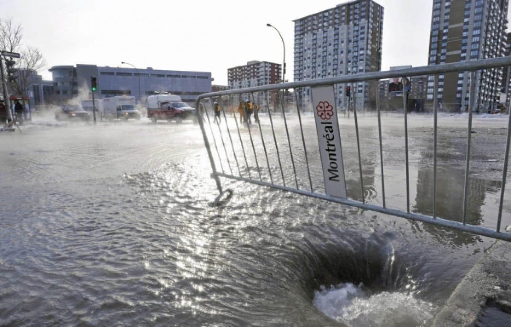 À Montréal, les pertes d'eau potable dues à des failles du réseau d'aqueduc représentent 40% de l'eau traitée. Le gouvernement québécois veut plafonner les pertes à 20 % dans les réseaux municipaux d'ici cinq ans. Ci-dessus, une inondation survenue dans la métropole à la suite du bris d'une conduite d'aqueduc en 2009.<br />