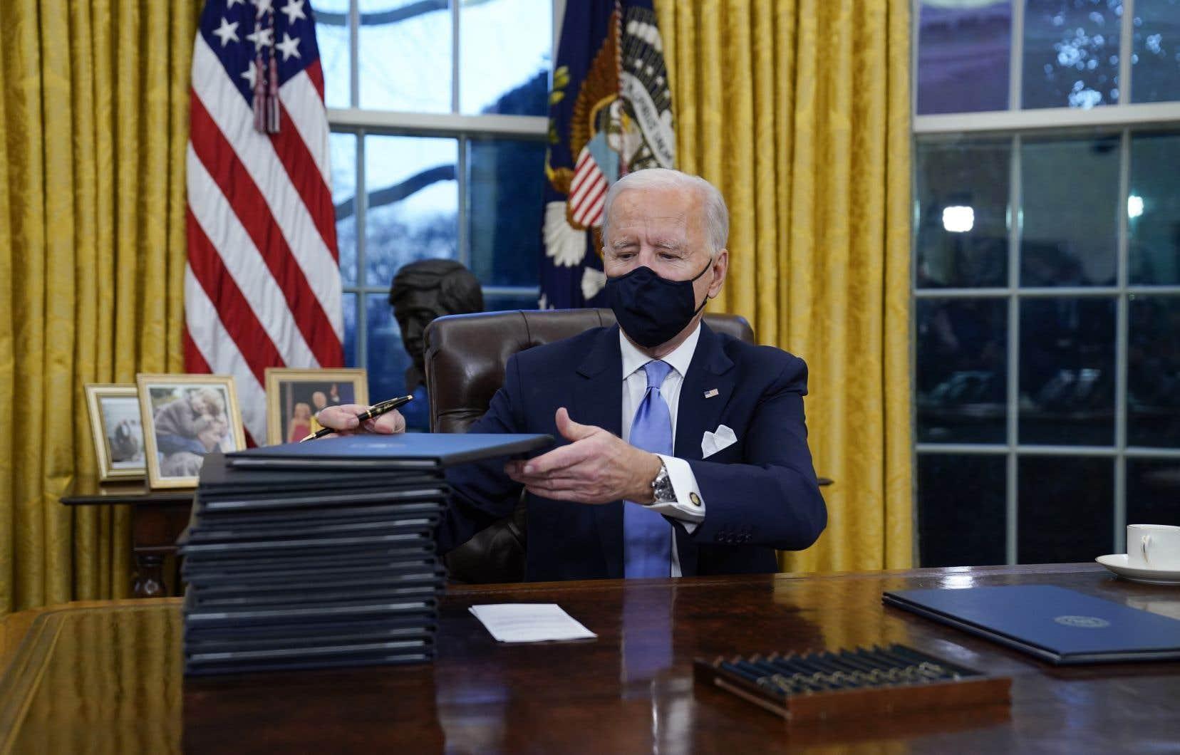 Dès jeudi, élus et observateurs républicains reprochaient à Joe Biden, qui a signé en trois jours une vingtaine de décrets, de gouverner comme un autocrate, sans consulter le Congrès et sans respecter sa promesse de se faire rassembleur.