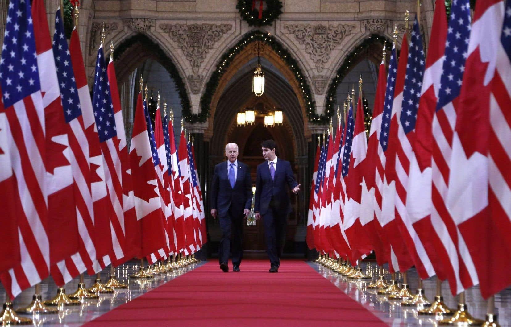 L'élection de Joe Biden peut aider le gouvernement Trudeau à promouvoir avec plus de fermeté ses politiques climatiques, estime le titulaire de la Chaire de recherche du Canada sur les politiques en matière de climat et d'énergie à l'Université d'Ottawa, Nicholas Rivers. Sur la photo, Biden et Trudeau, à Ottawa, en 2016.