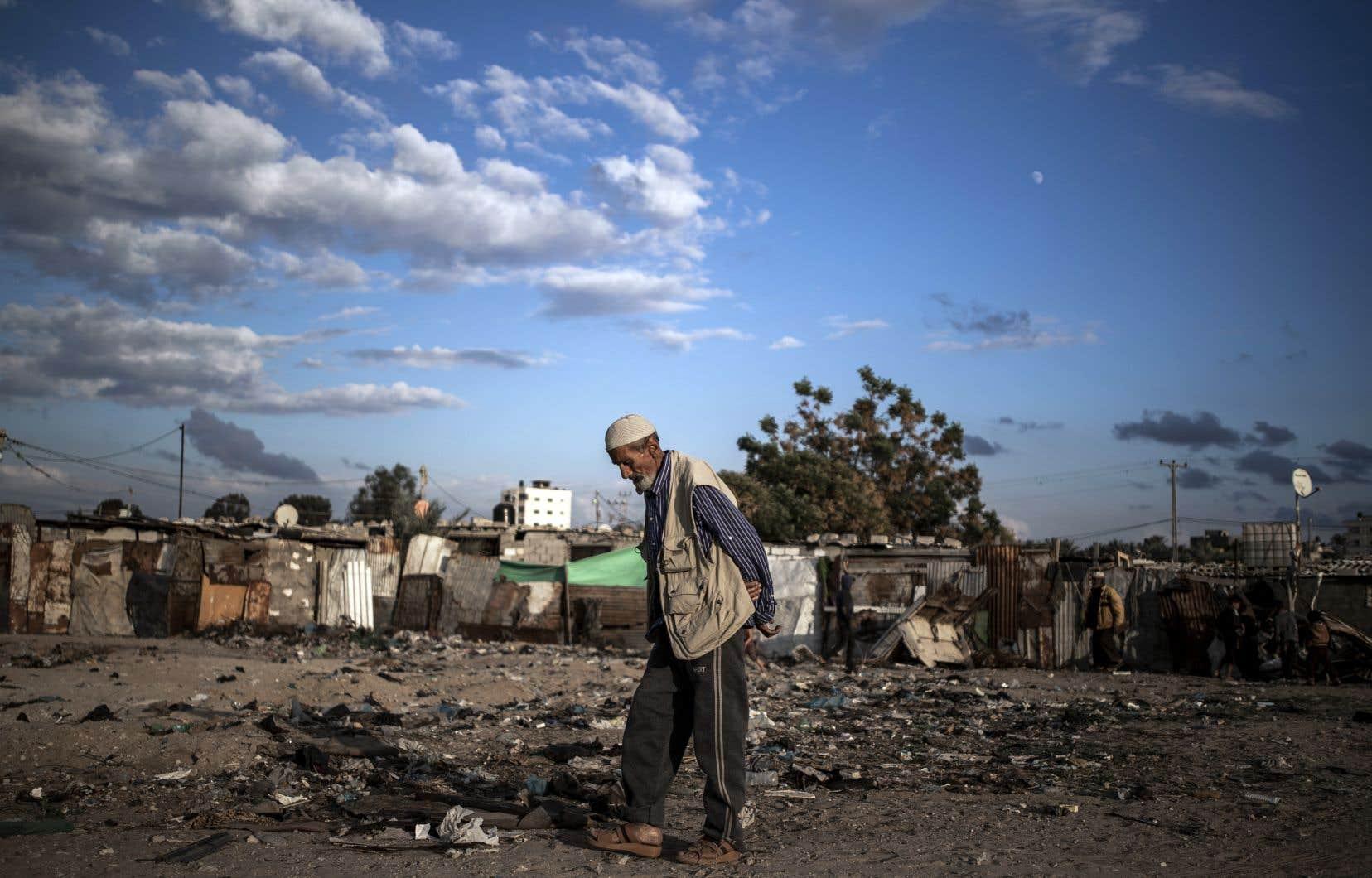 Un vieil homme palestinien marche dans un bidonville à la périphérie du camp de réfugiés de Khan Younès, dans le sud de la bande de Gaza.
