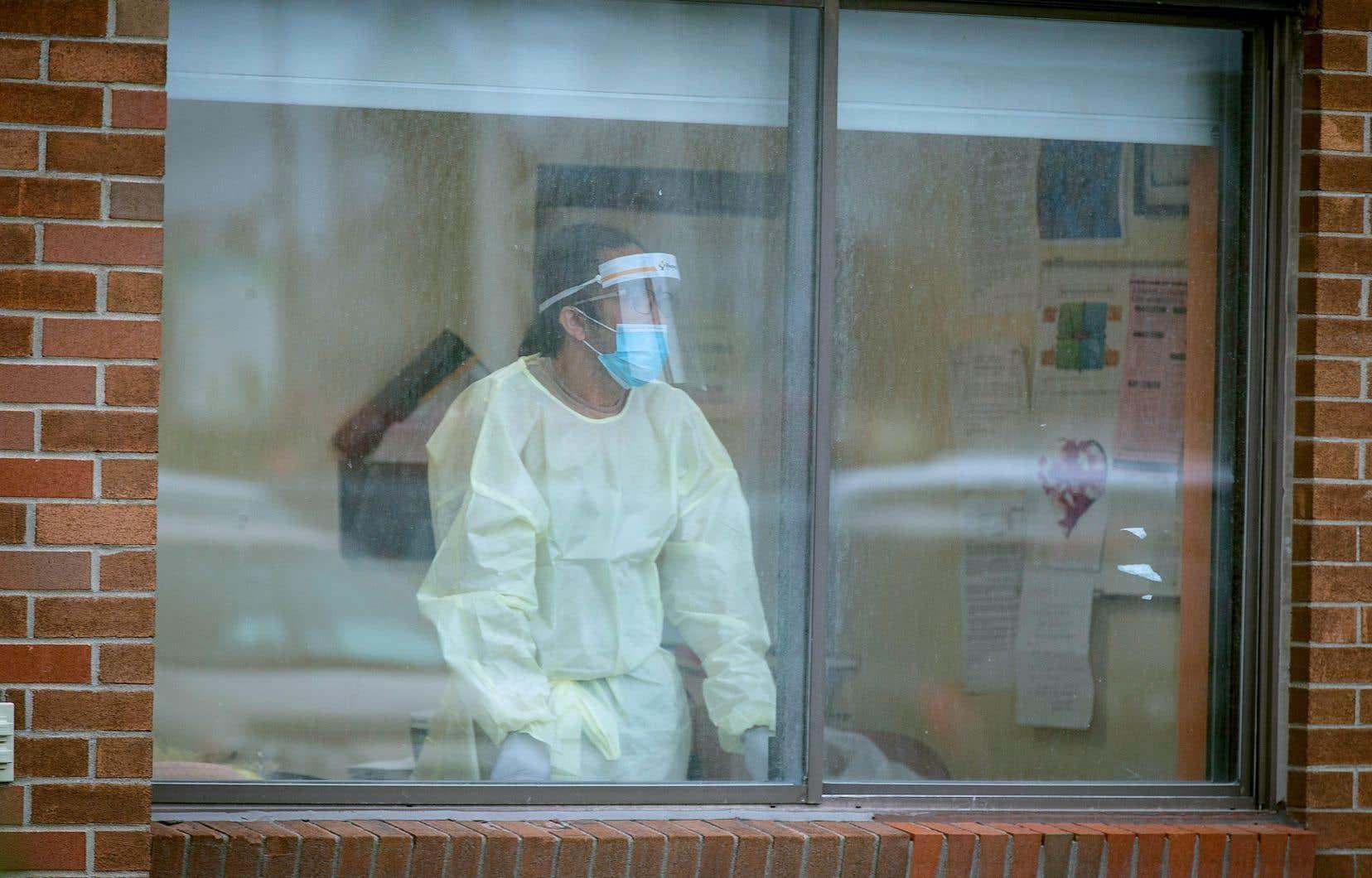 «Hormis quelques exceptions, les journalistes et les photographes se voient en effet refuser leurs requêtes lorsqu'ils demandent l'autorisation d'entrer dans les hôpitaux et les CHSLD, afin de témoigner de la réalité des patients et du personnel soignant», écrivent les signataires.