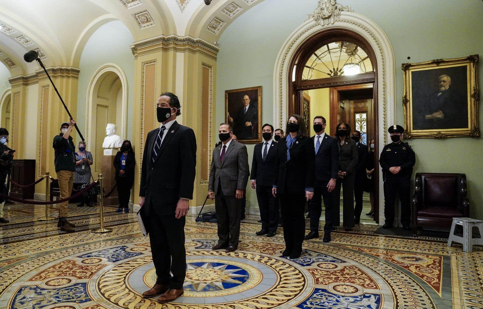 Dans un silence solennel, les neuf «procureurs» désignés par la présidente démocrate de la Chambre des représentants, Nancy Pelosi, ont traverséles longs couloirs ornés de statues et tableaux jusqu'au Sénat.