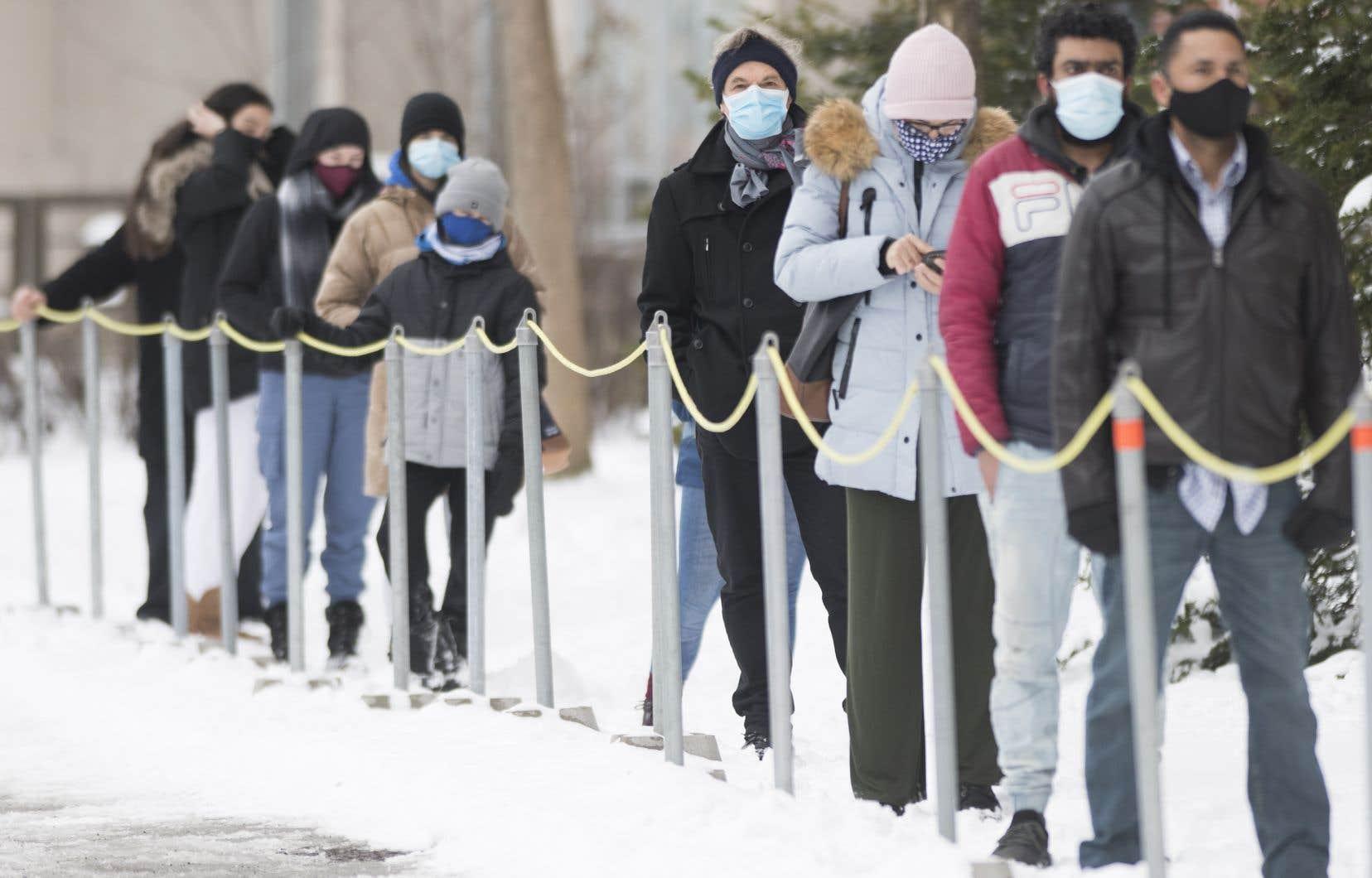 Québec a signalé lundi 1203 nouveaux cas de COVID-19 dans la province. Sur la photo, une file d'attente à l'extérieur d'une clinique de dépistage, à Montréal.