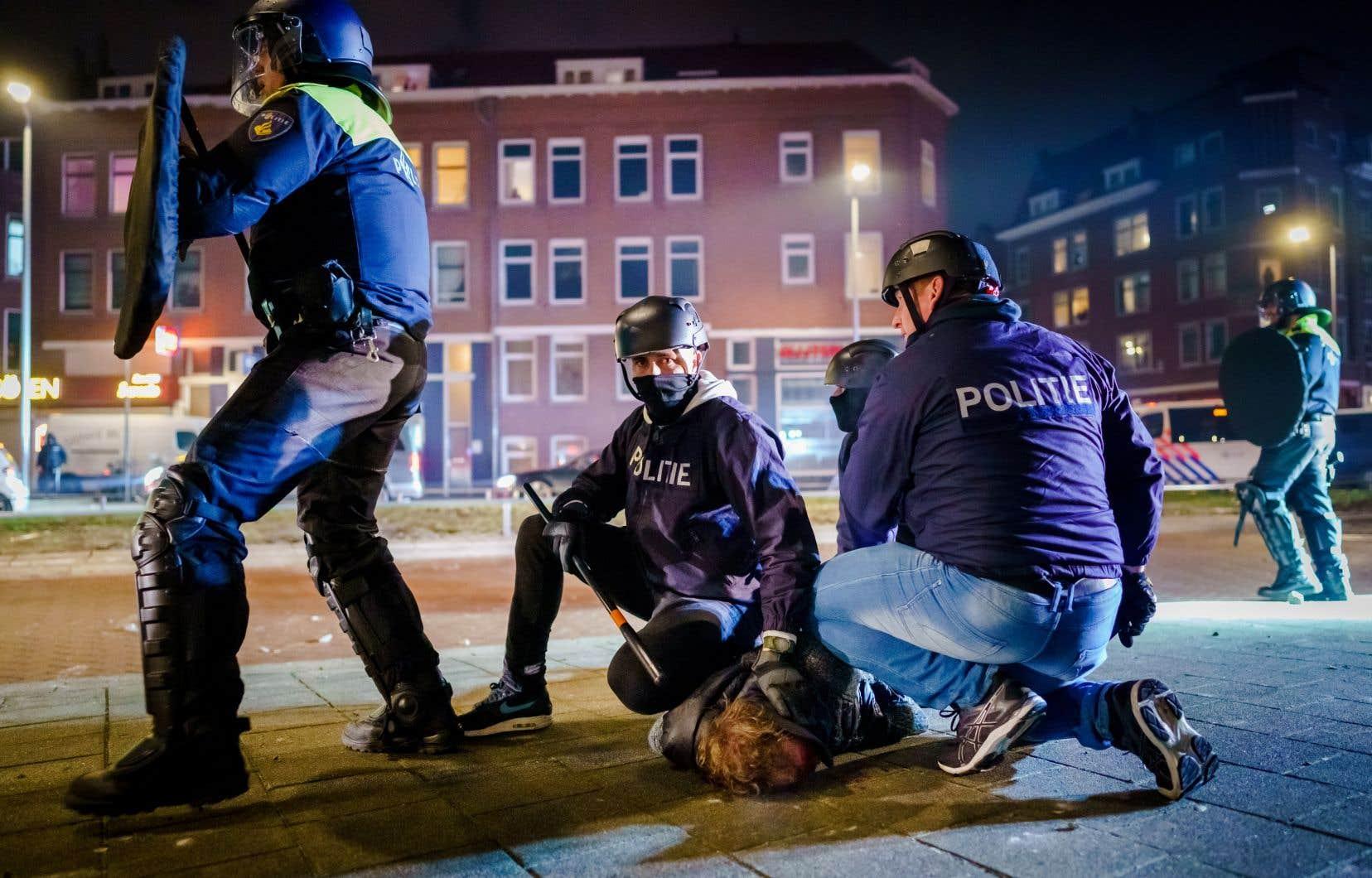 La police néerlandaise a annoncé avoir arrêté au moins 184 personnes pour leur participation aux violentes émeutes.