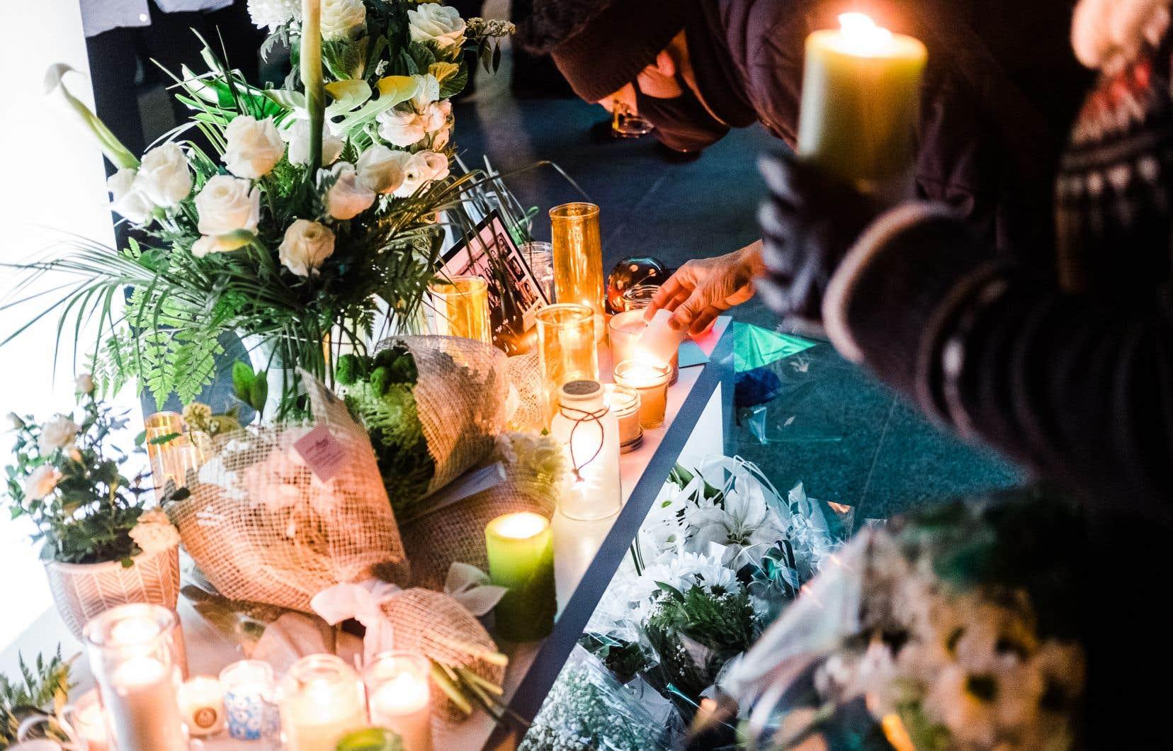 Moment de recueillement à la suite de l'attaque dans le Vieux-Québec, où deux passants ont trouvé la mort.