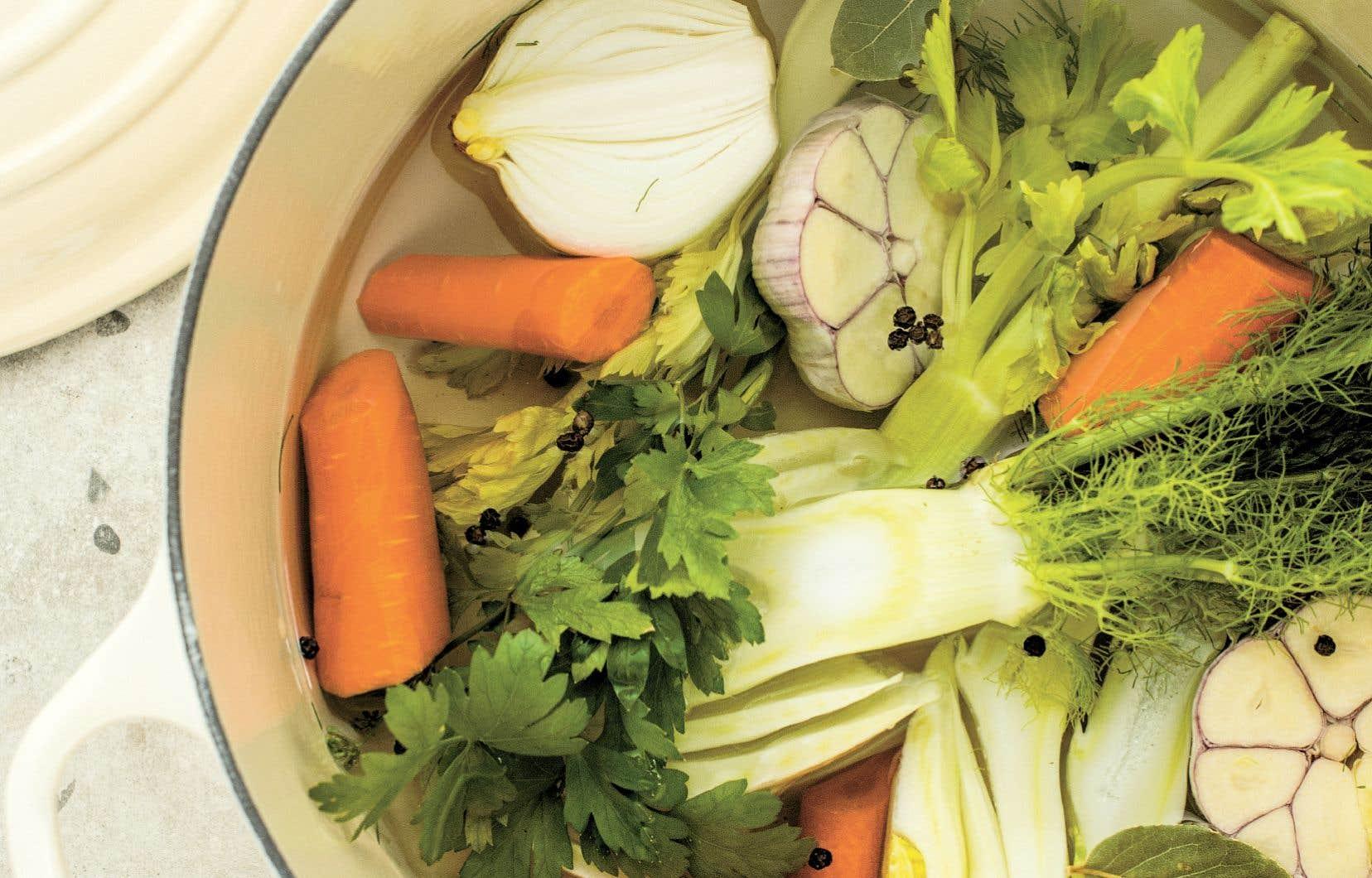Le bouillon de légumes est particulièrement intéressant à faire au retour du marché ou quand le frigo déborde de légumes.
