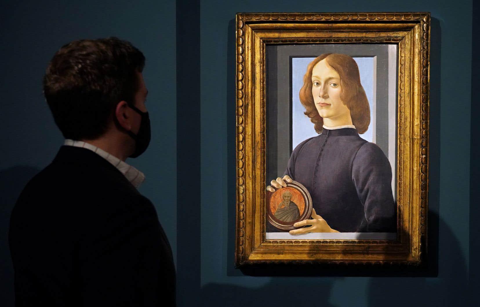 La maison Sotheby's de New York espère passer la barre des 100millions de dollars canadiens avec la vente de la toile de Sandro Botticelli «Jeune homme tenant un médaillon», réalisée entre 1470 et 1480.