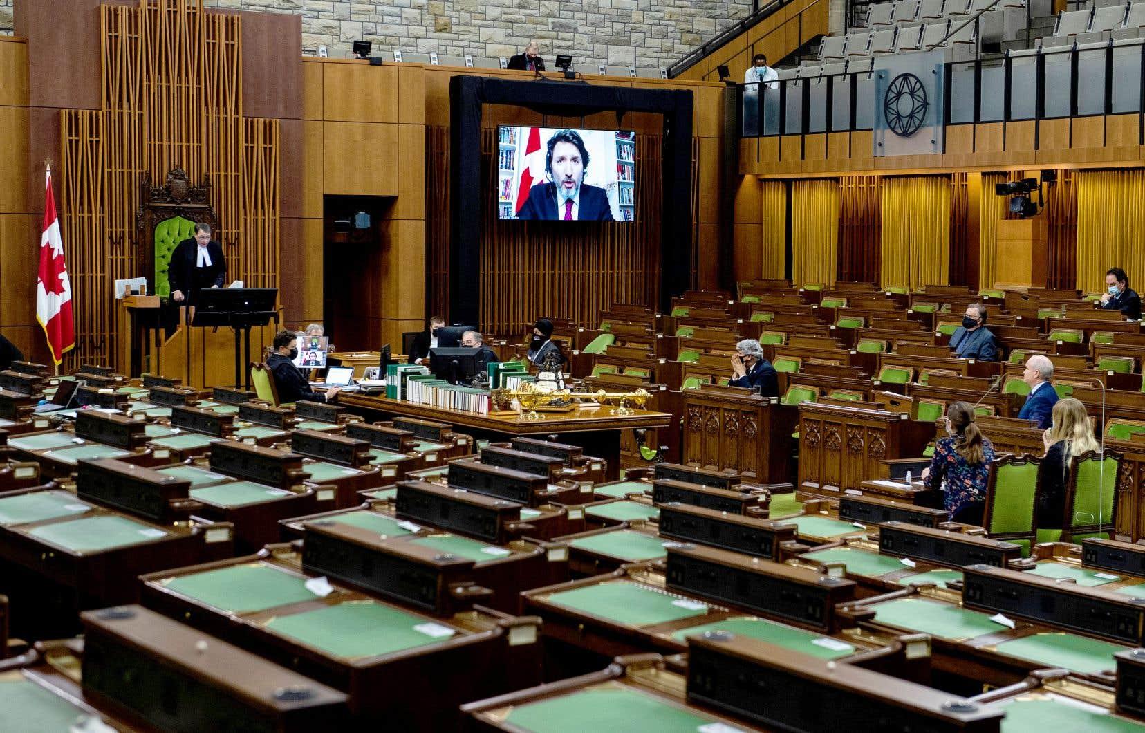Le projet de loi a été adopté mercredi à 174 voix contre 153. Les bloquistes, les conservateurs de même que les néodémocrates ont voté pour, tandis que les libéraux et les verts ont voté contre. Sur notre image, la période de questions dans son format virtuel, à la Chambre des communes.