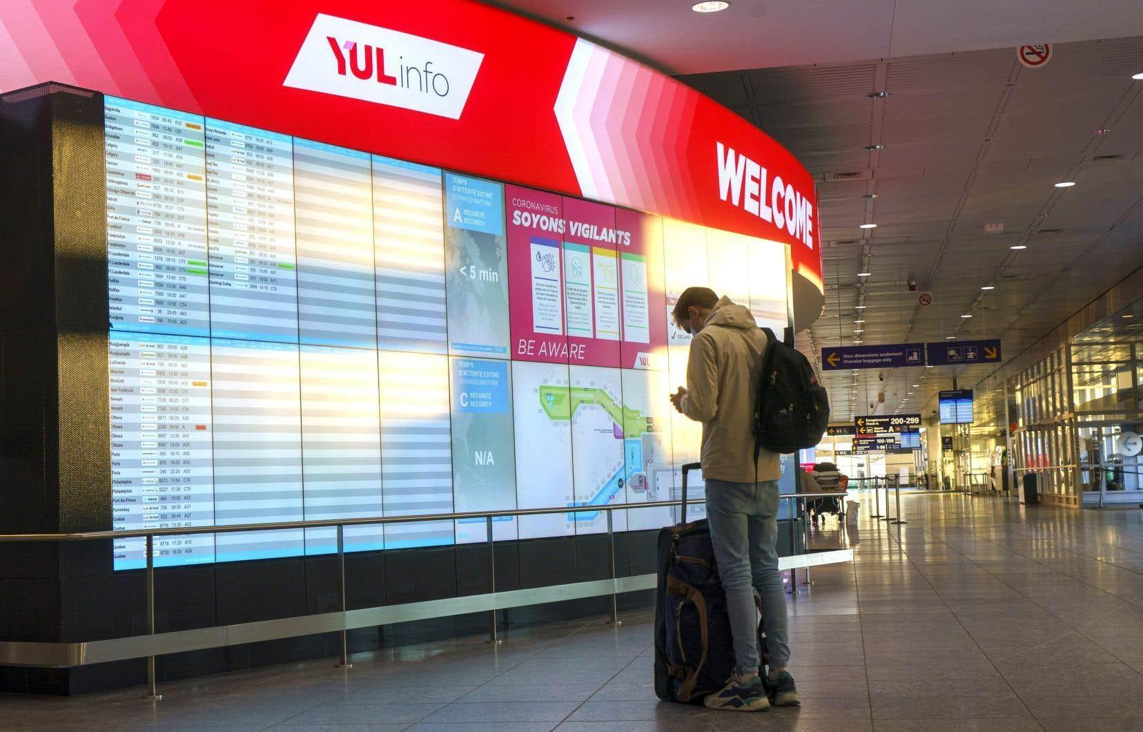 Le premier ministre François Legault préférerait voir le gouvernement fédéral interdire les vols non essentiels et instaurer une quarantaine obligatoire dans les hôtels.