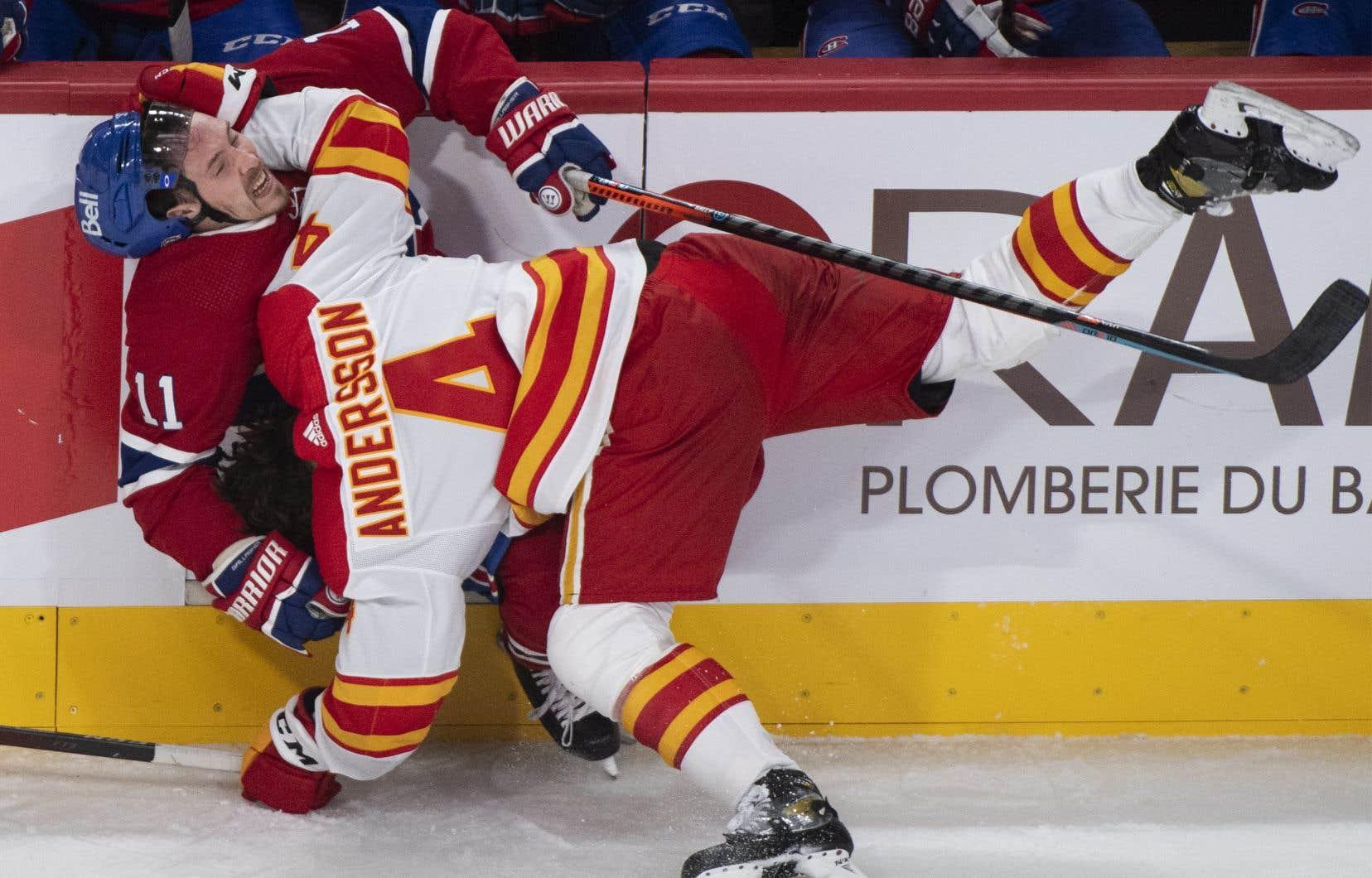 Brendan Gallagher (à gauche) est entré en collision avec le défenseur des Flames de Calgary Rasmus Andersson lors du match opposant les deux équipes canadiennes samedi soir, au Centre Bell.