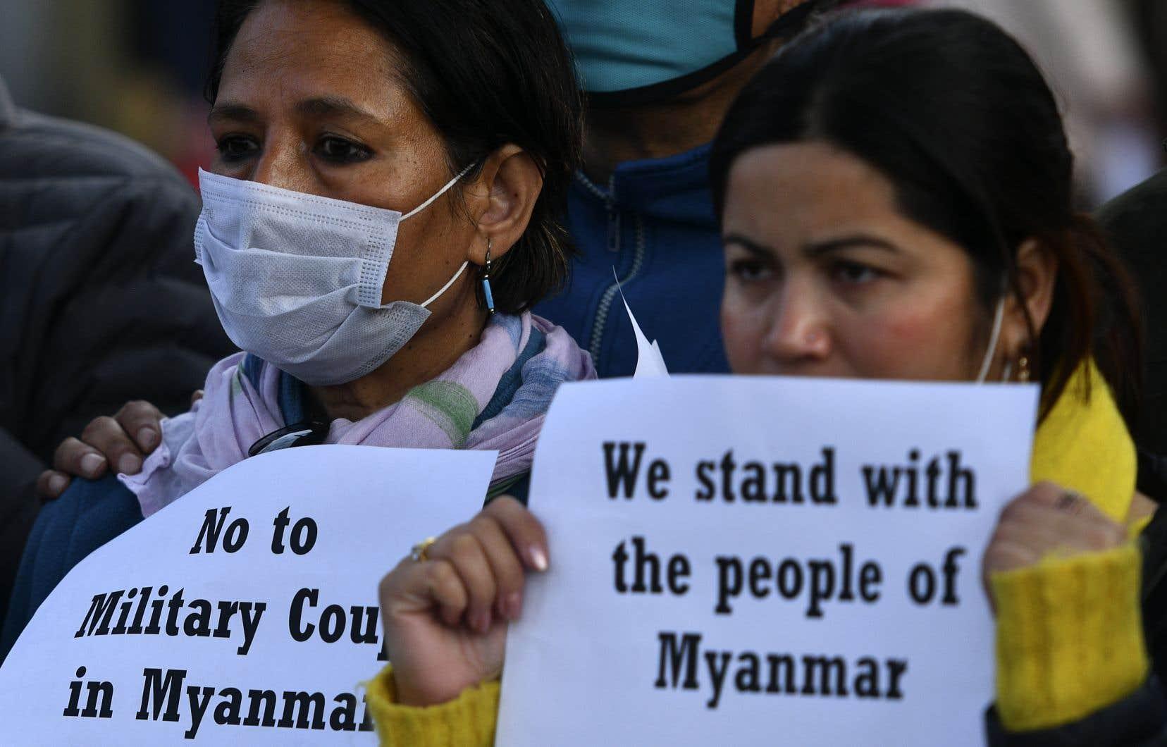 Des personnes ont manifesté à Katmandou lundi contre le coup d'État au Myanmar.