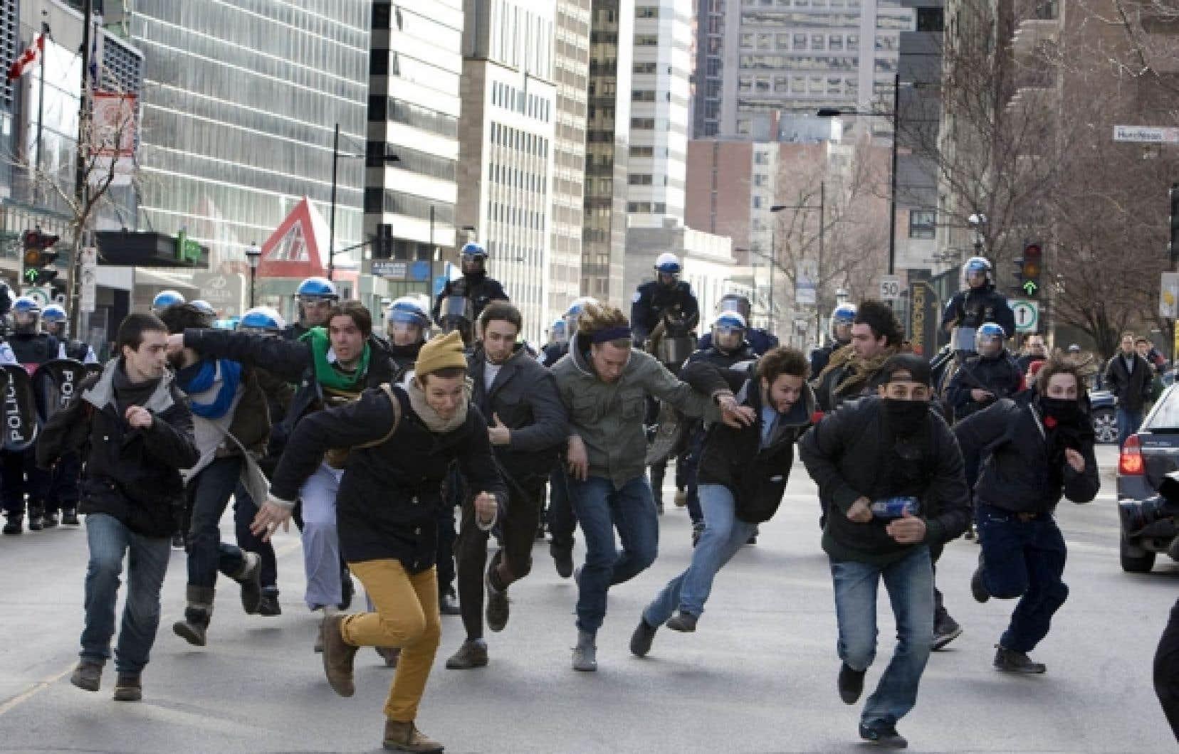 L&rsquo;atmosph&egrave;re &eacute;tait plut&ocirc;t festive au d&eacute;part de la manifestation &eacute;tudiante, mais cela n&rsquo;a pas emp&ecirc;ch&eacute; les policiers d&rsquo;assurer une haute surveillance, &agrave; pied, &agrave; v&eacute;lo, &agrave; cheval et en h&eacute;licopt&egrave;re.<br />