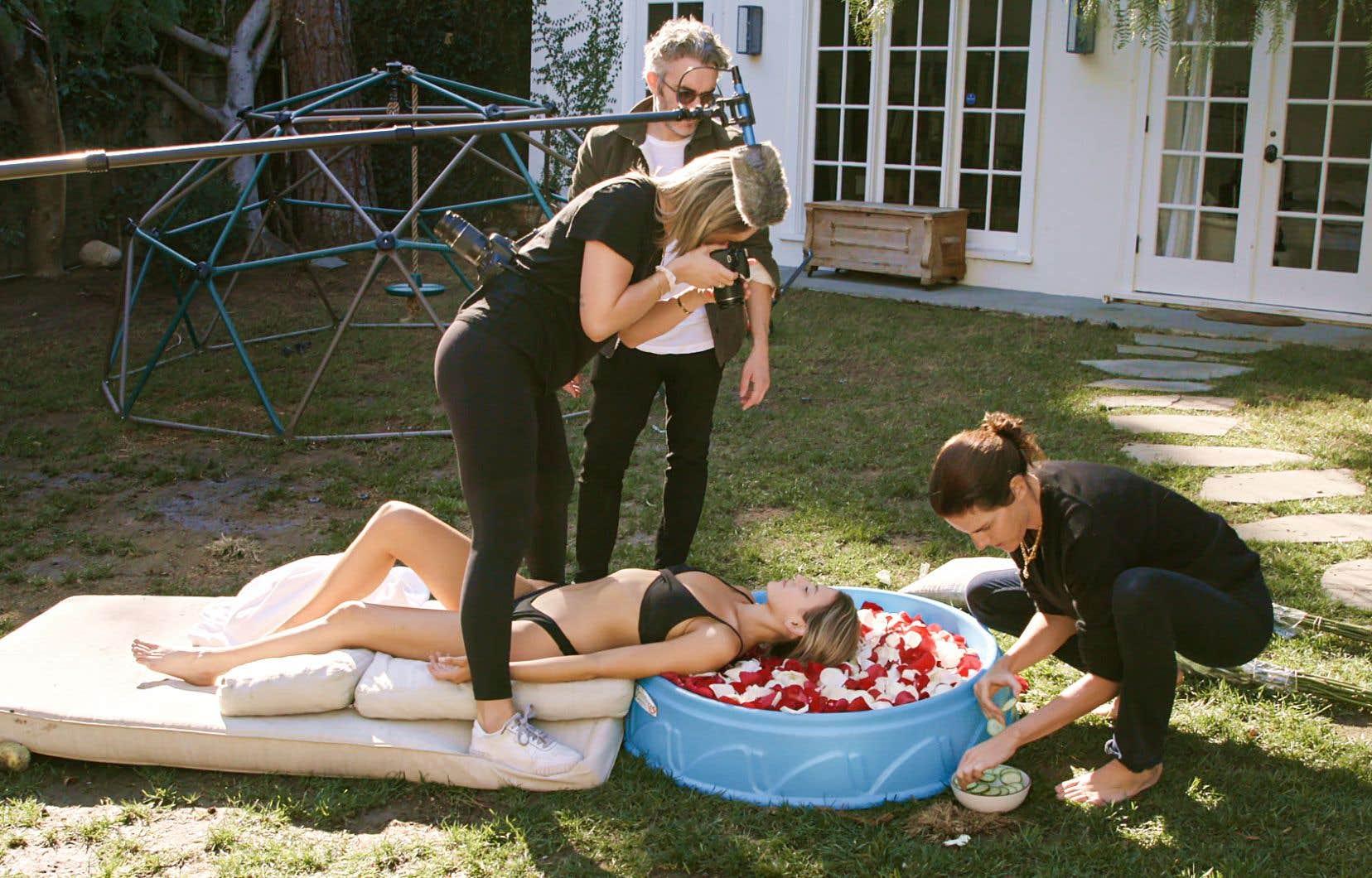 Une scène de «Fake Famous» avec le réalisateur Nick Bilton (derrière) et un des faux sujets aspirant à la gloire sur Instagram, en pleine séance photo sur un vieux matelas et une piscine pour enfants.