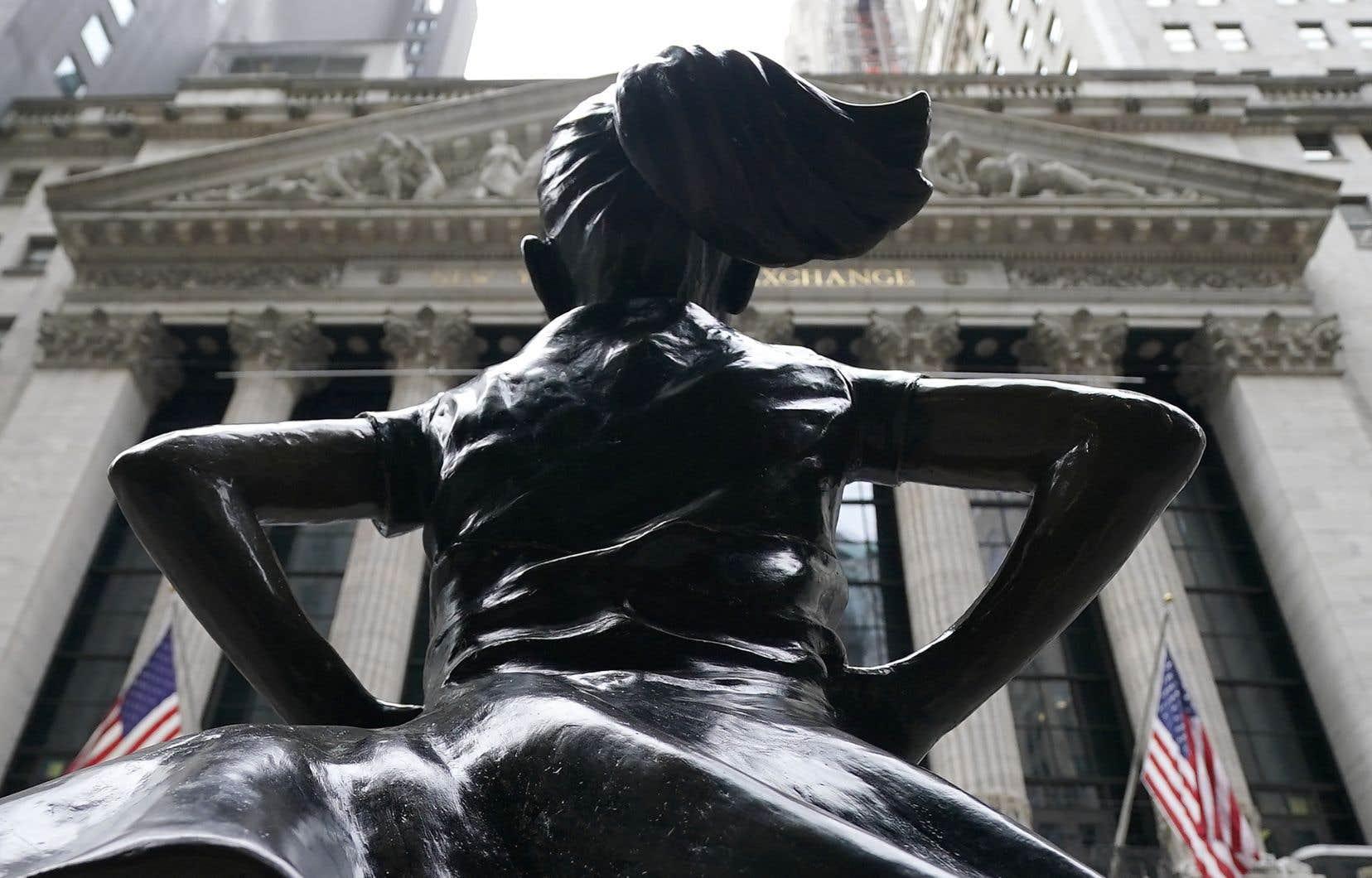 La Bourse de New York est repartie de l'avant lundi, après avoir été chahutée la semaine dernière par une fièvre spéculatrice et la fronde de petits porteurs, le marché ayant connu ses plus lourdes pertes hebdomadaires depuis octobre.