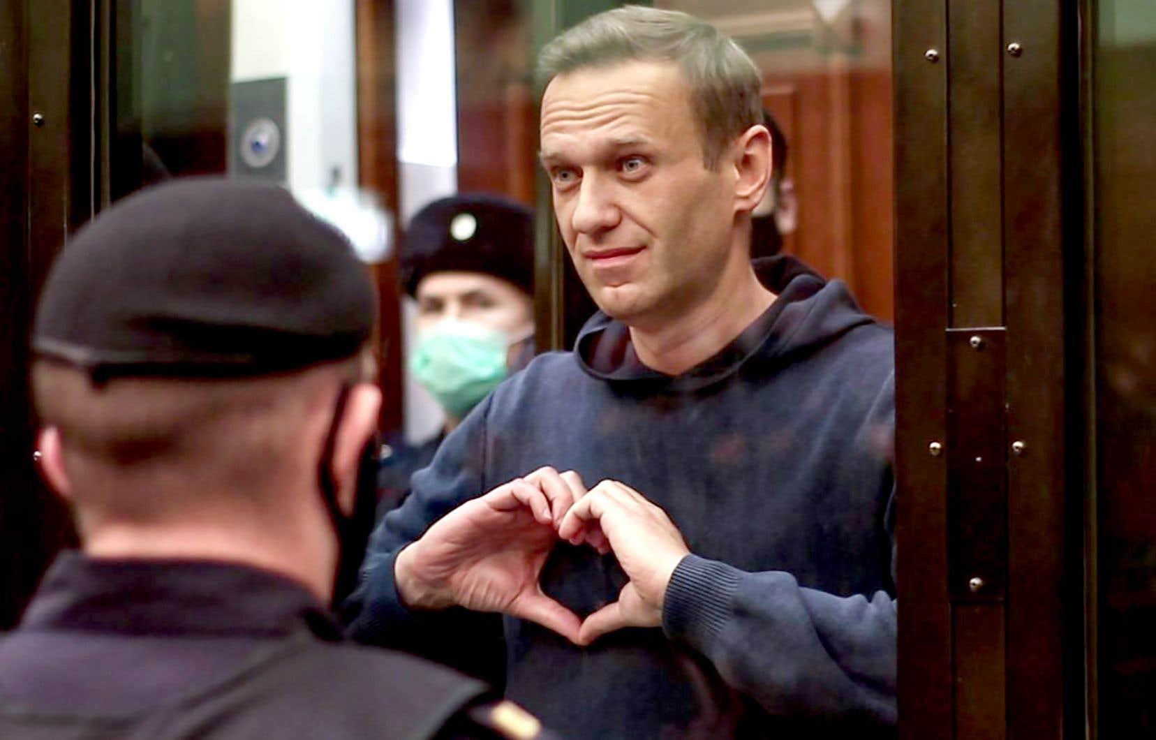 L'opposant russe Alexeï Navalny, 44 ans, a écouté le jugement, mardi, dans la cage de verre réservée aux prévenus au tribunal de Moscou. Il a adressé des signes de cœur à son épouse, Ioulia.