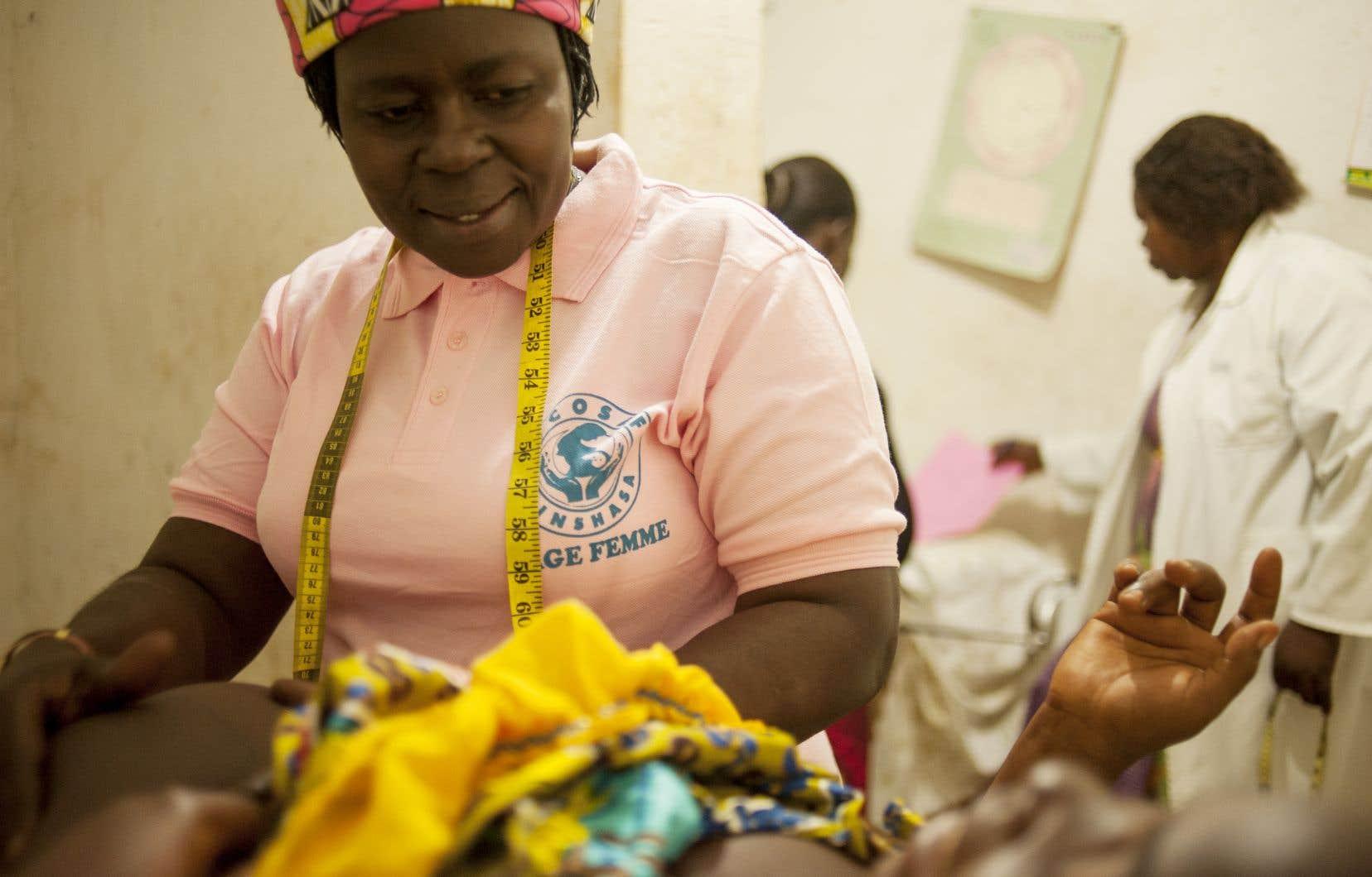 Une sage-femme en pleine action dans une materniné de Bunia, en RDC