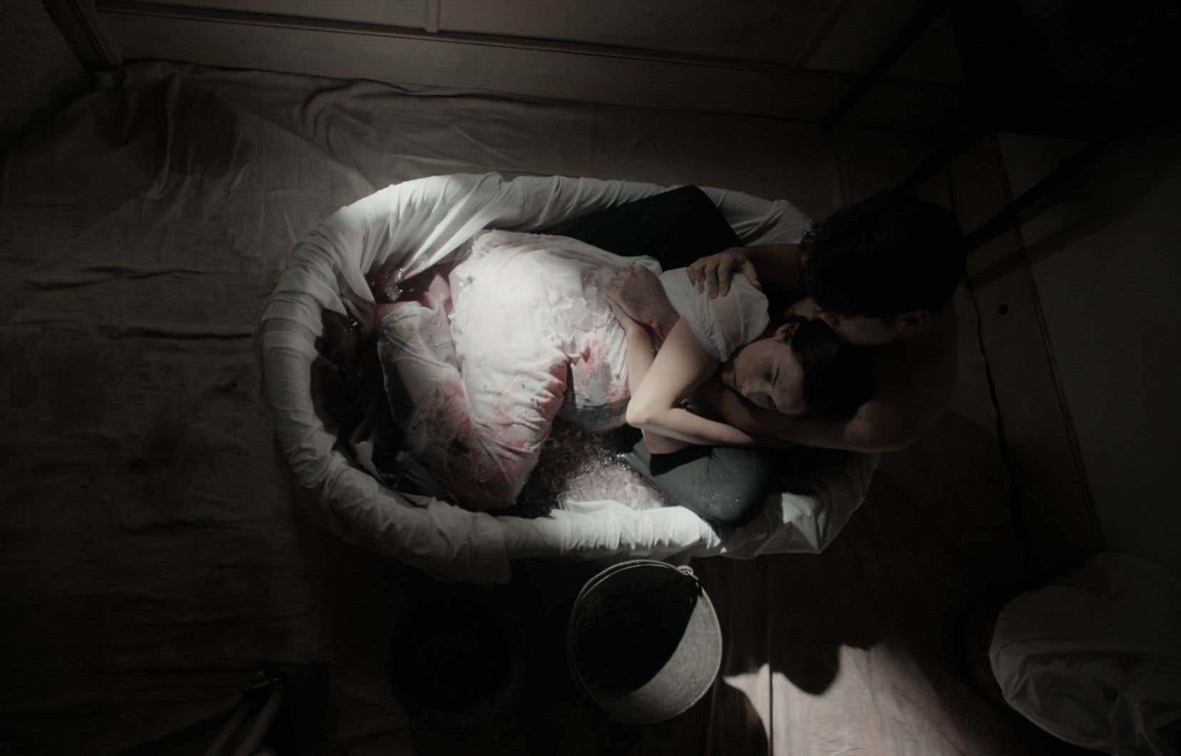 La cinéaste Nora Unkel tourne à son avantage une quasi-absence de budget en misant sur un dépouillement visuel concerté.