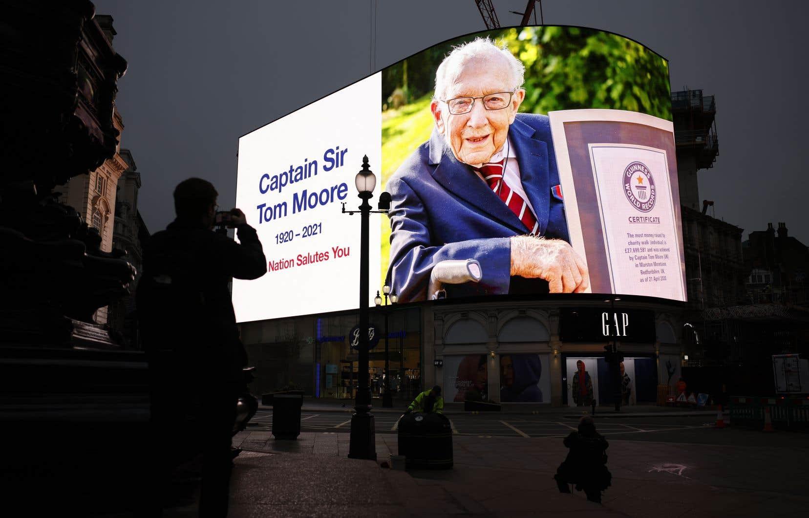 La mort du centenaire, qui avait été testé positif à la COVID-19, a provoqué une pluie d'hommages.