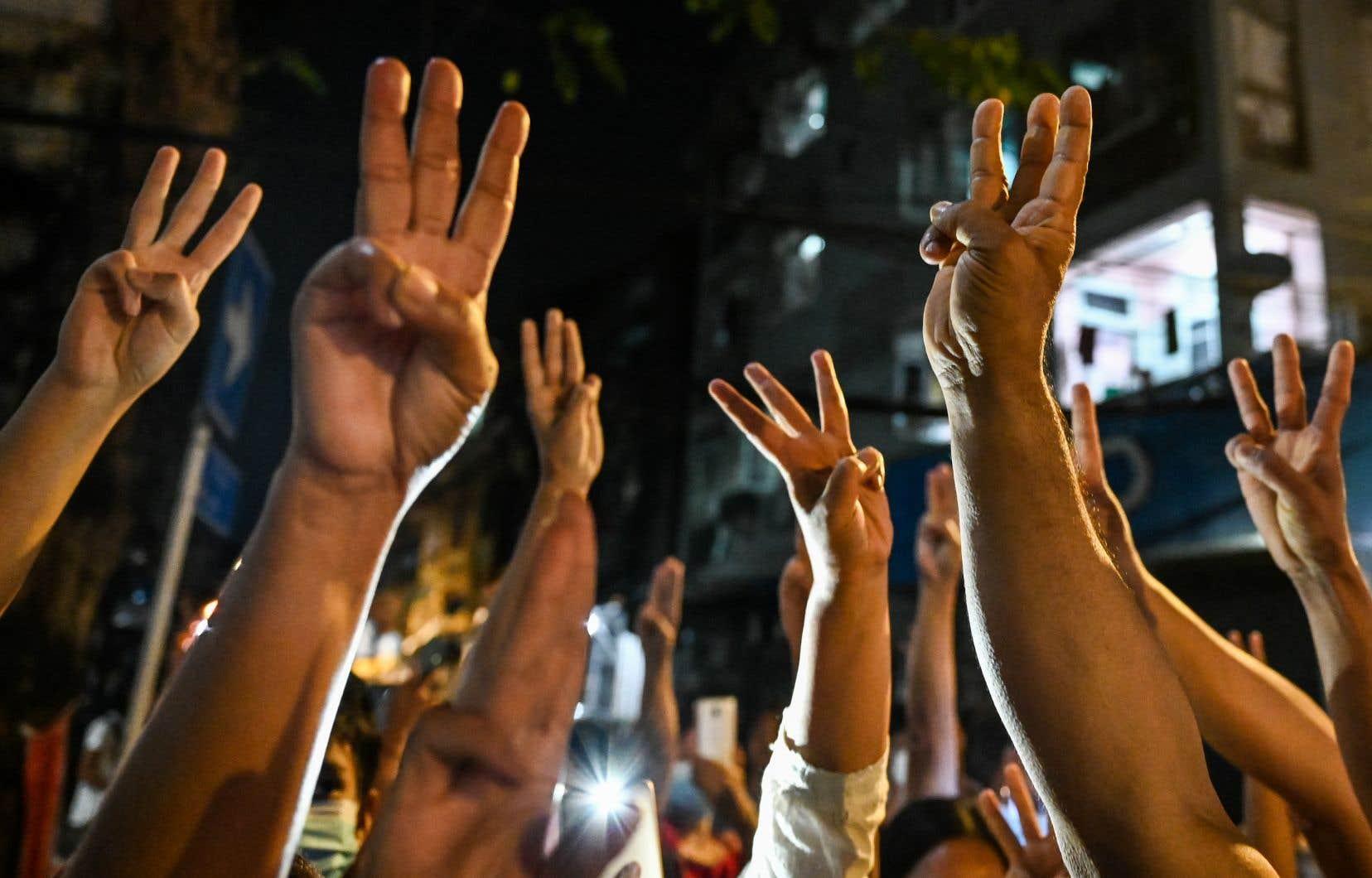 Des manifestants rassemblés à Rangoun, mercredi, font le salut à trois doigts, un geste de résistance déjà adopté par les militants pro-démocratie à Hong Kong ou en Thaïlande.