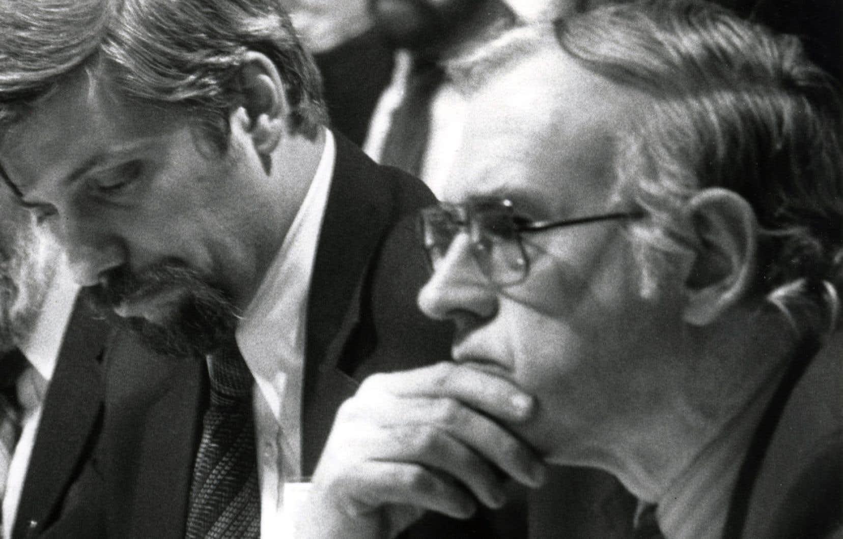 Au premier plan Robert Dean, en compagnie de Pierre-Marc Johnson au congrès du Parti québécois en décembre 1981