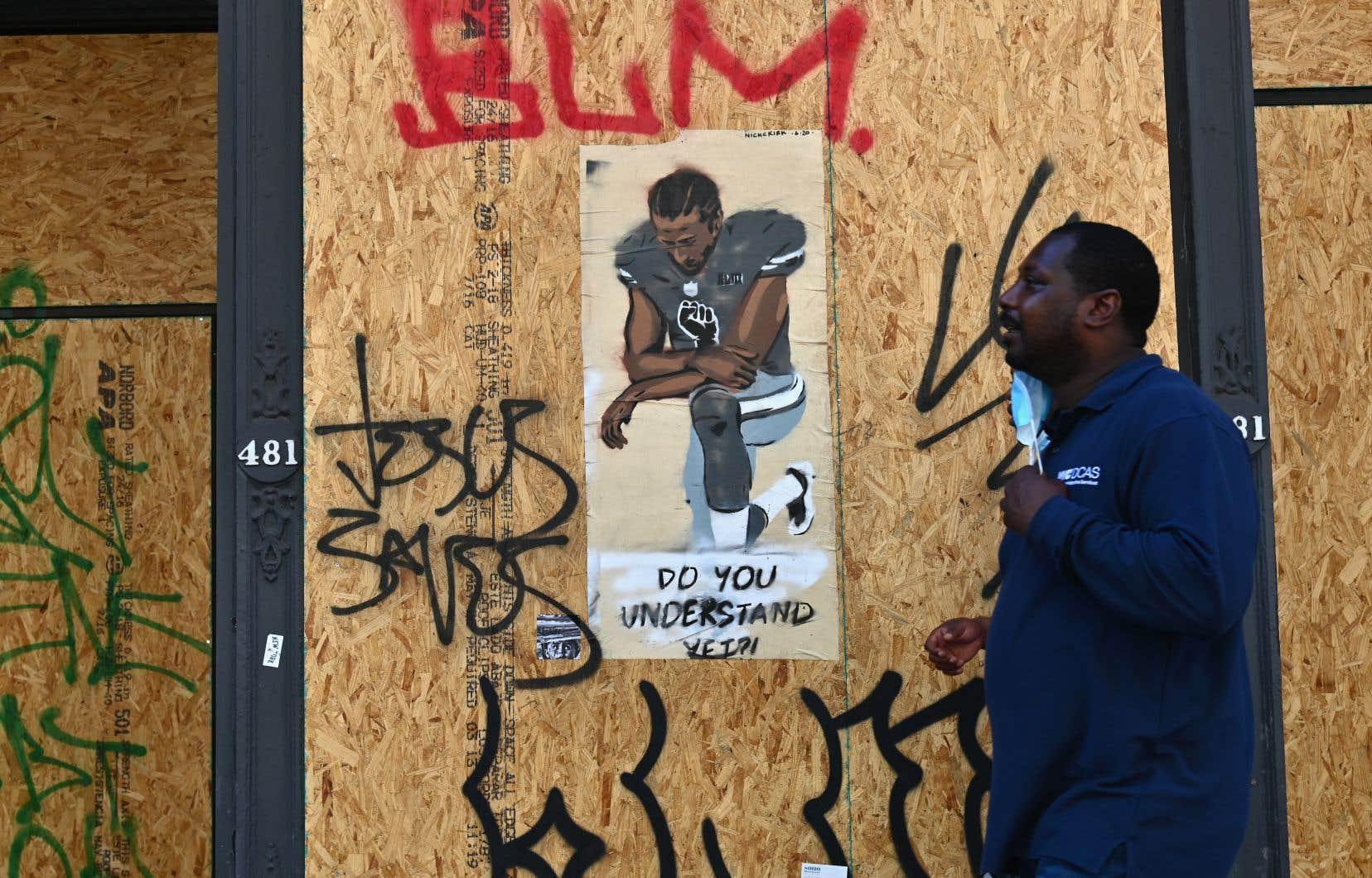 À l'été dernier, une boutique placardée de Manhattan montrait des tags de Black Lives Matter ainsi qu'une affiche à l'effigie de Colin Kaepernick, ancien quart arrière de la NFL dont le genou posé à terre pendant l'hymne national est devenu un symbole de lutte.