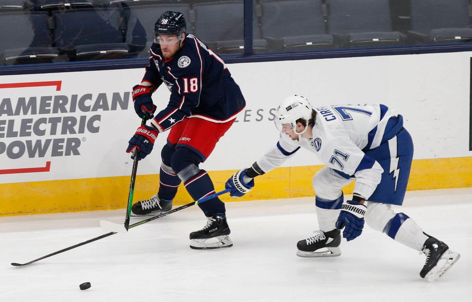 À gauche, le joueur de hockey, Pierre-Luc Dubois