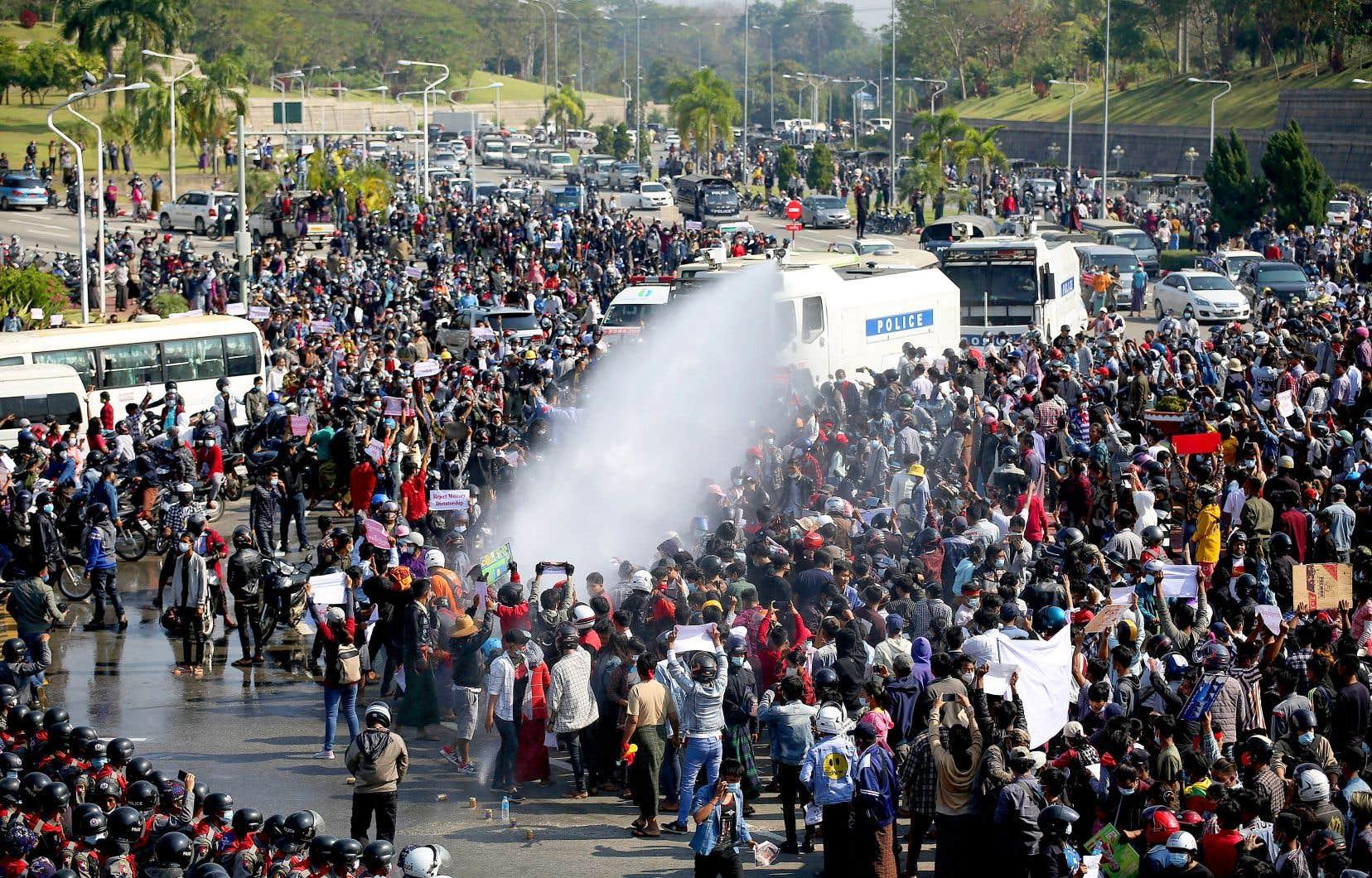 À Naypyidaw, la capitale, la police a fait usage de canons à eau contre des manifestants.
