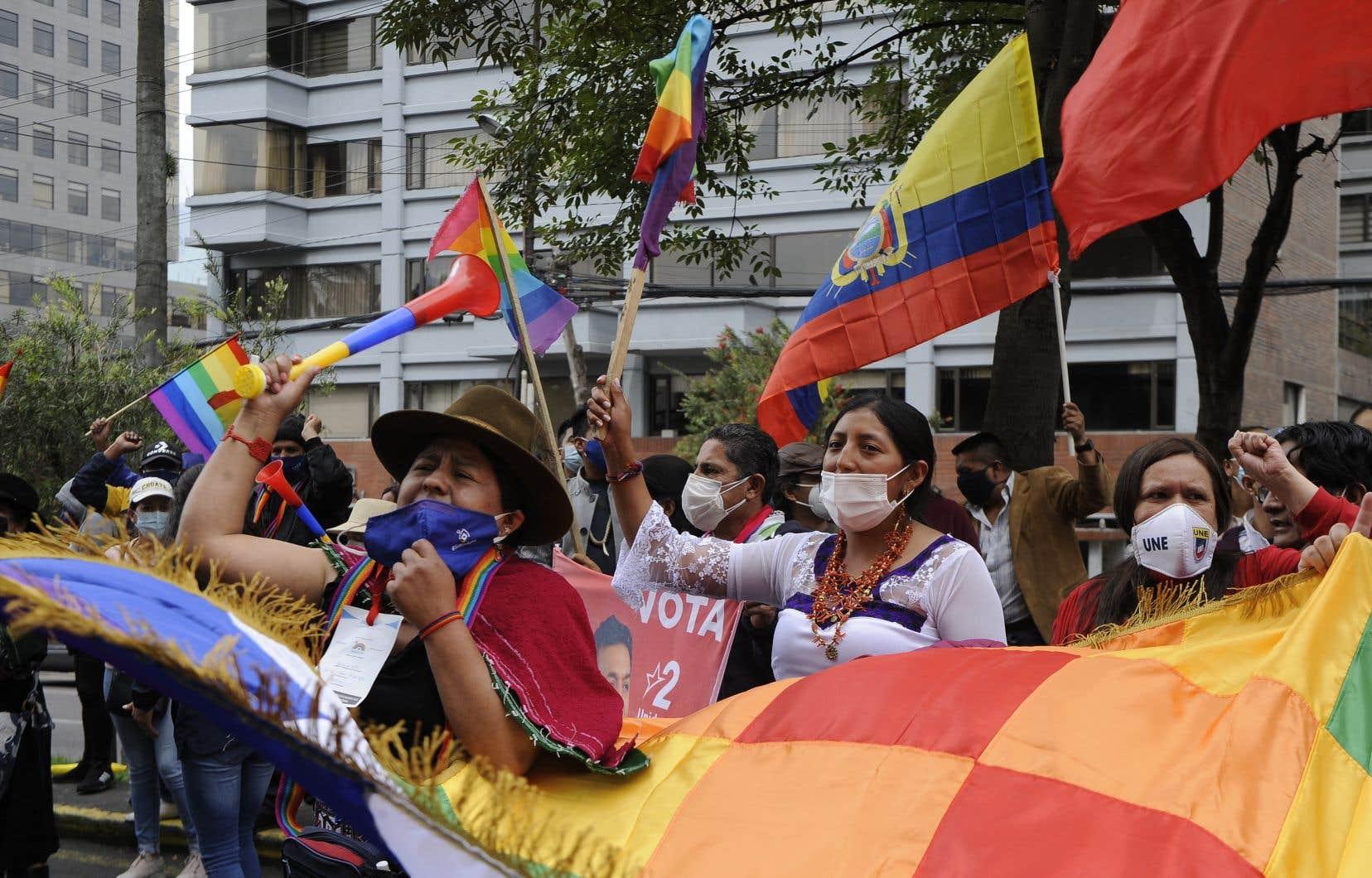 Des supporteurs du candidat Yaku Perez, avocat de gauche, à Quito, lundi
