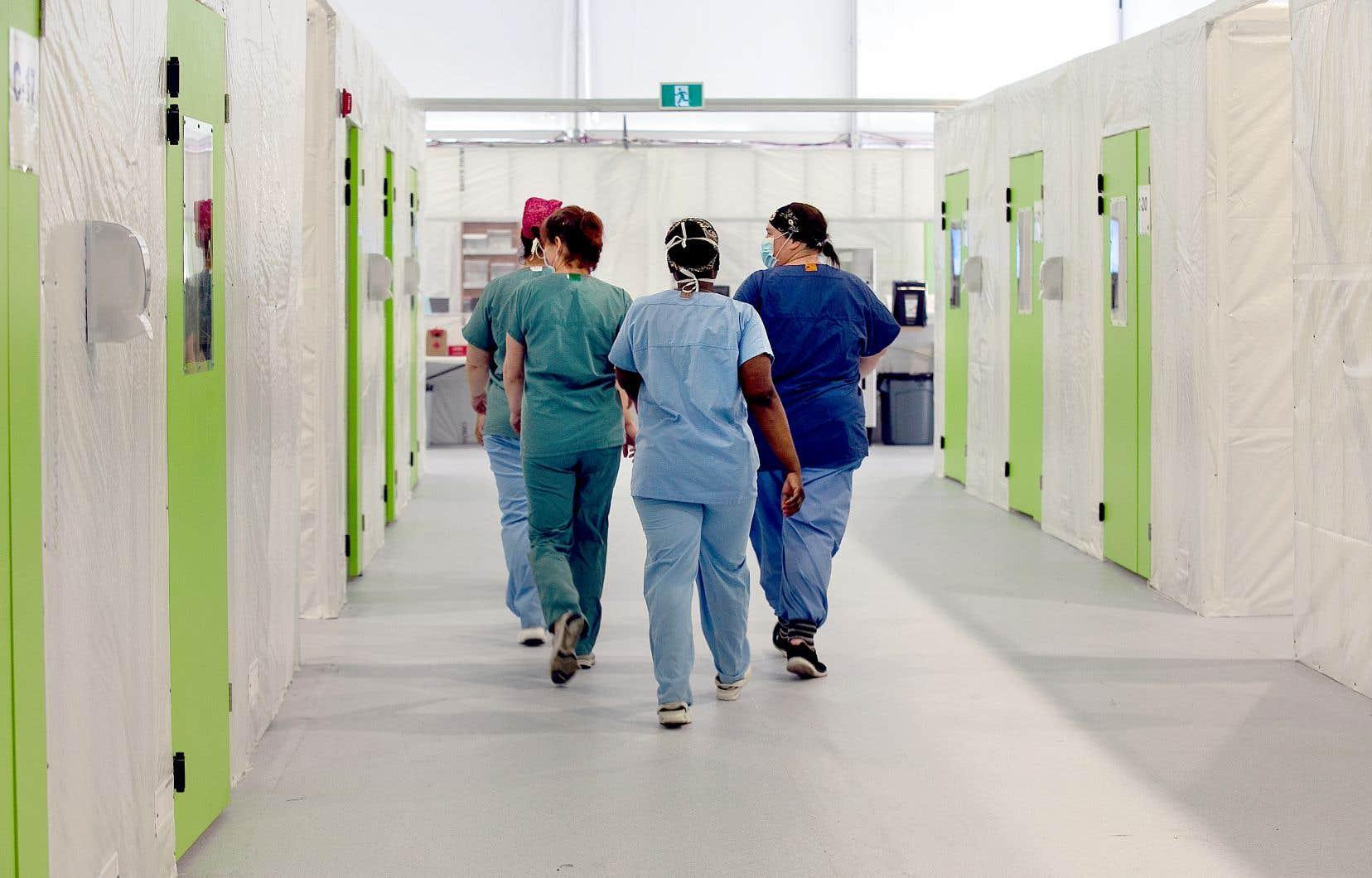Le nombre de travailleurs de la santé absents peine à redescendre sous la barre des 5000, sous laquelle il se situait pourtant durant tout l'été 2020.