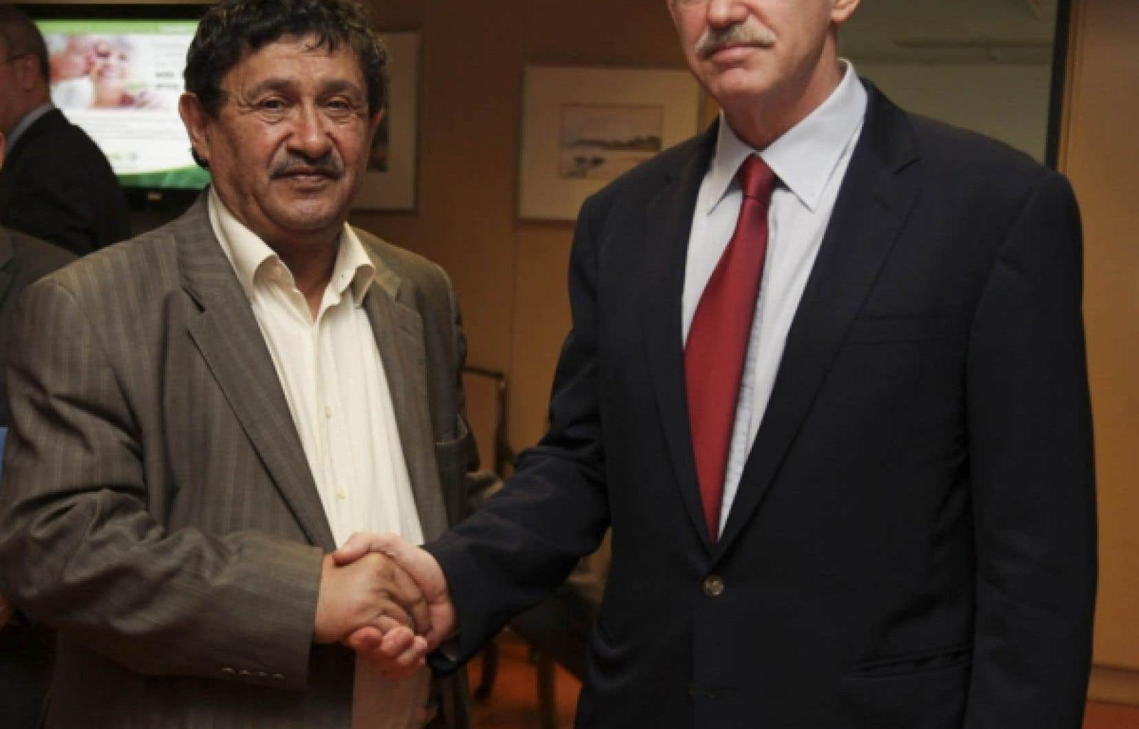 Le premier ministre grec, George Papandr&eacute;ou (&agrave; droite), en compagnie de l&rsquo;&eacute;missaire libyen, Abdelati Obe&iuml;di.<br />