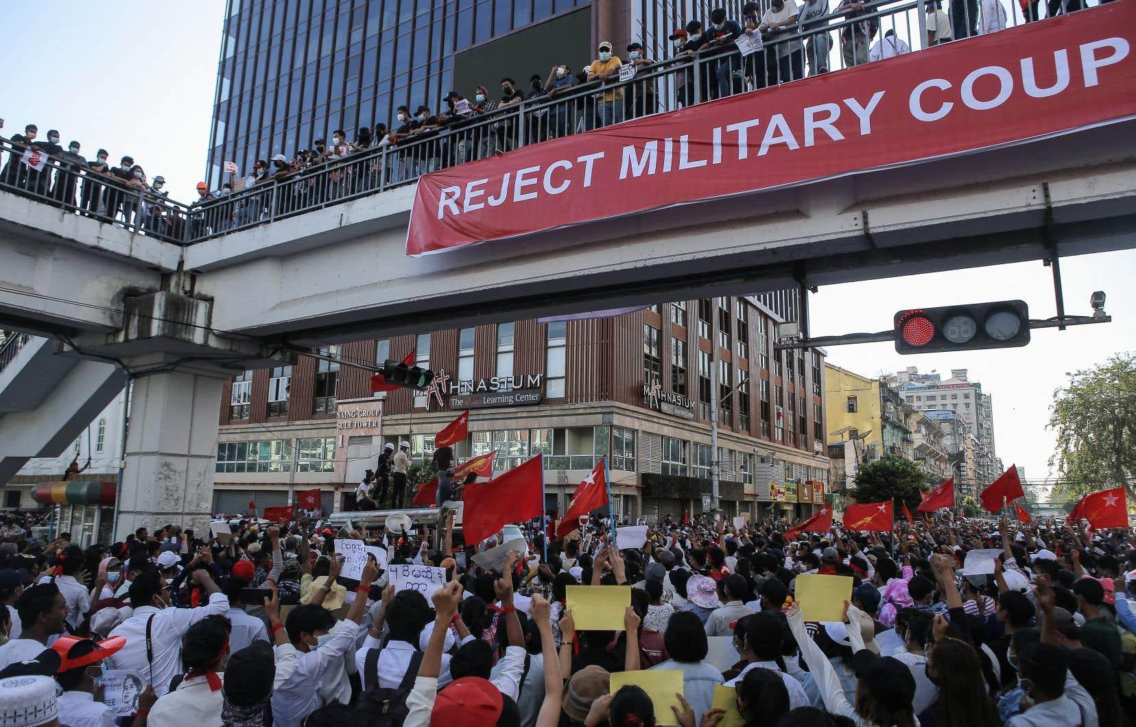 Les manifestations se déroulaient dans le calme mercredi, alors que la veille la répression était montée d'un cran avec l'utilisation par les forces de l'ordre de balles en caoutchouc et de canons à eau à Naypyidaw et Mandalaycontre les manifestants.