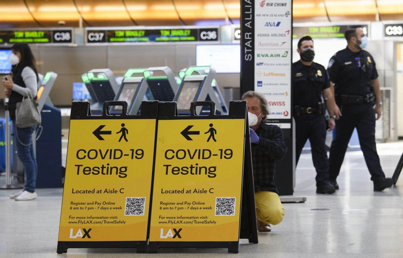 L'aéroport de Los Angeles, dans l'État de la Californie, où la pandémie de COVID-19 fait rage.