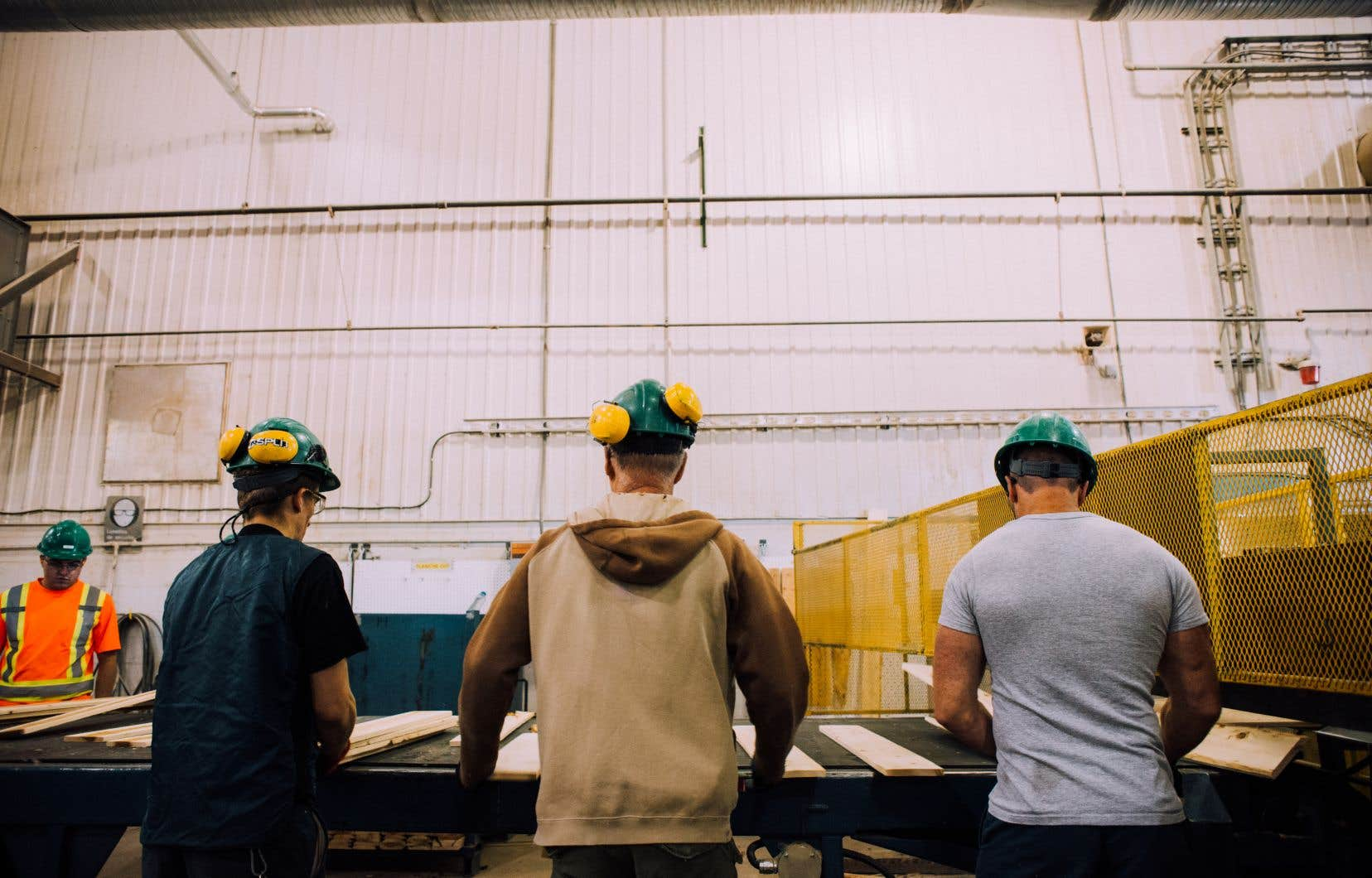 En un ingénieux effet miroir, c'est une usine de transformation du bois qui accueille ces participants du documentaire «Les libres», qui vivent eux-mêmes diverses transformations.