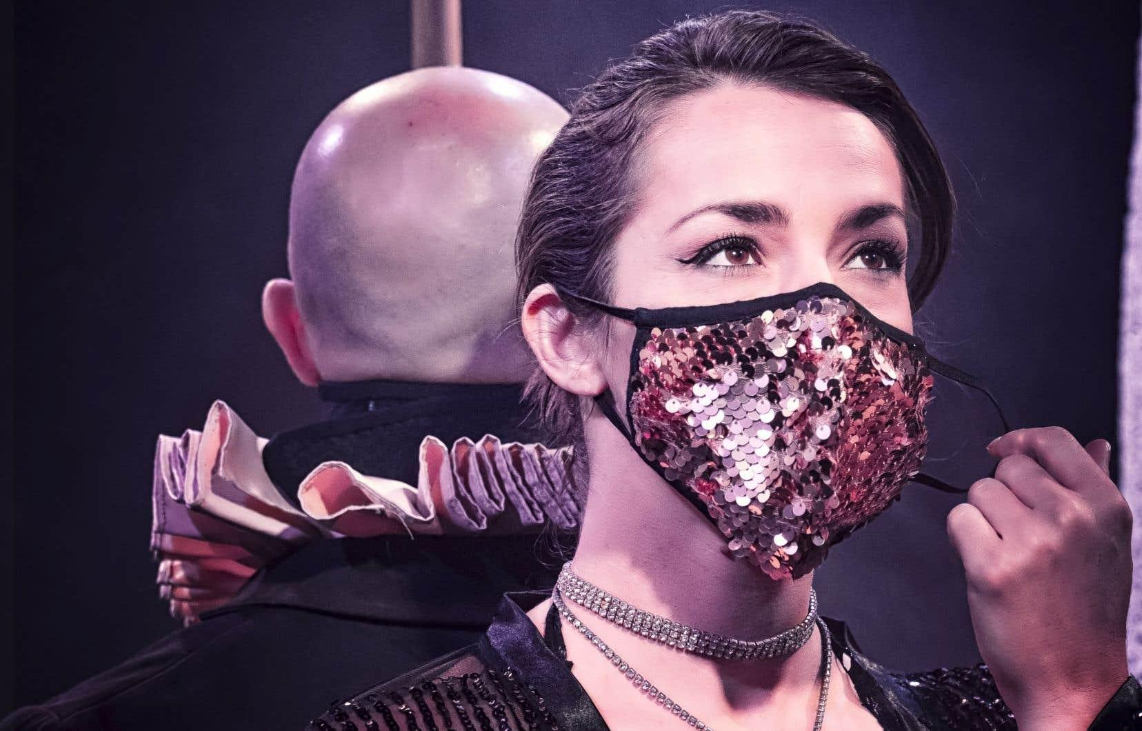Le couple polyamoureux formé par les artistes David Menes Rodriguez et Lysandre Murphy-Gauthier s'exécute sur scène dans le spectacle «Le baiser interdit».