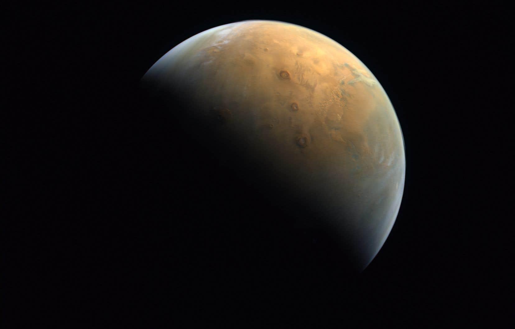 Une photo de la planète Mars fournie dimanche par l'Agence spatiale des Émirats arabes unis (UAESA). Leur sonde, baptisée Al Amal, a réussi ce week-end son insertion en orbite martienne.