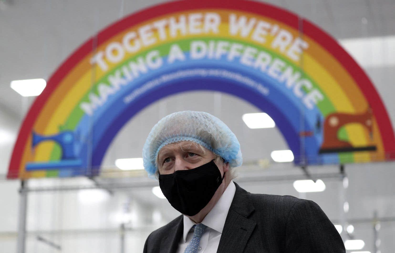 Un masque sur le visage et un filet à cheveux sur la tête, le premier ministre britannique, Boris Johnson, a visité ce week-end le centre de fabrication d'équipements de protection individuelle (EPI) de la fondation Northumbria Healthcare NHS Trust à Seaton Delaval, dans le nord-est de l'Angleterre.