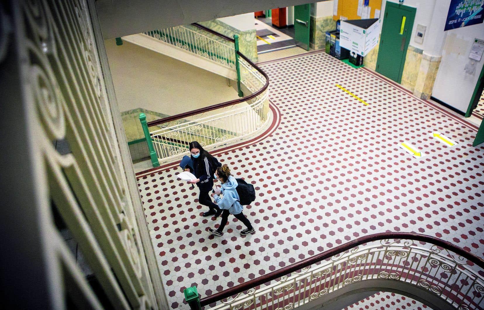 Le Collège Lionel-Groulx, à Sainte-Thérèse, s'est donné comme objectif que chaque élève ait une journée en présentiel par semaine pour cette session d'hiver, dans un but de réussite scolaire et de santé mentale.