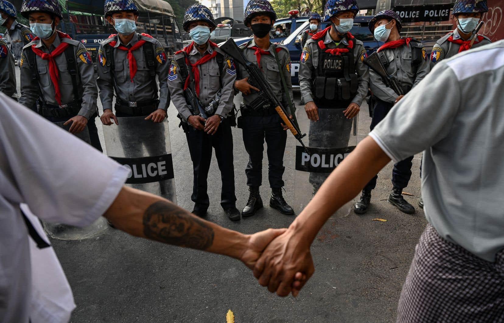 «On essaye de nous faire peur en déployant les soldats», a déploré Htet Aung, qui manifestait en brandissant une pancarte appelant à «la désobéissance civile».