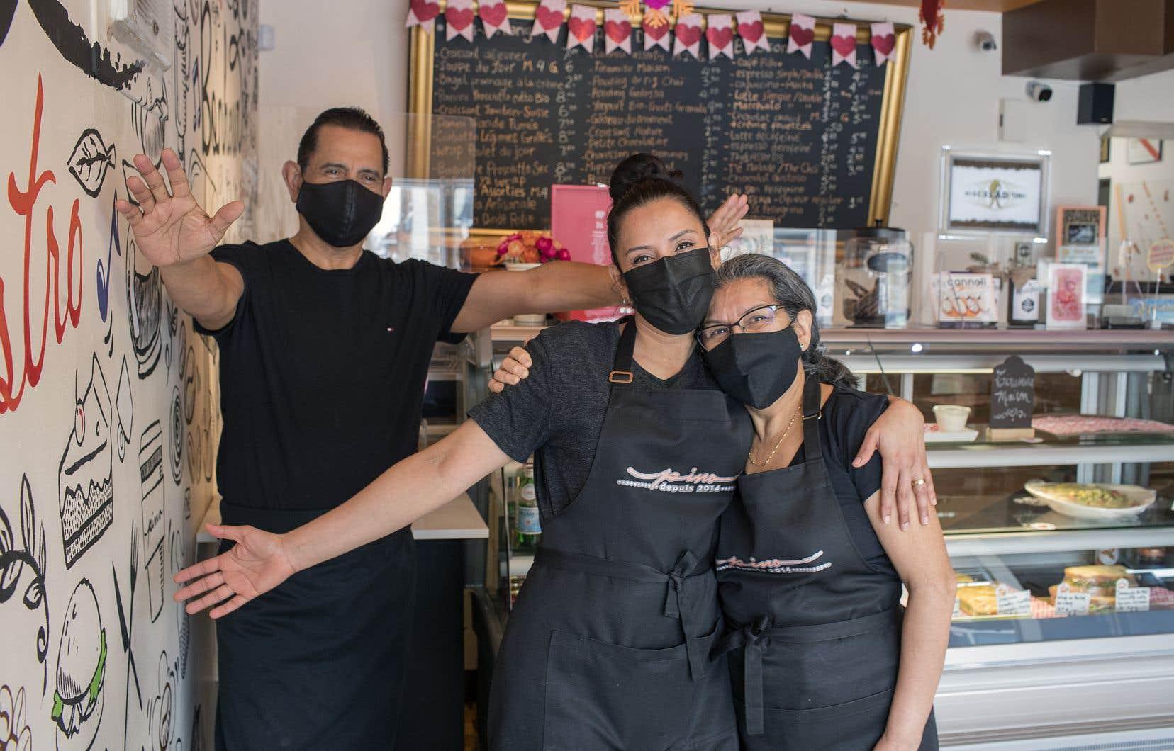 Lucila Pino (au centre) a ouvert son café-bistro sur la rue de Charleroi, à Montréal-Nord, il y a maintenant six ans. Depuis deux ans, elle sent que les choses bougent pour le mieux dans sa rue bien-aimée. Sur la photo, Lucila avec ses parents, Carlos et Clara, qui gèrent le café avec elle.