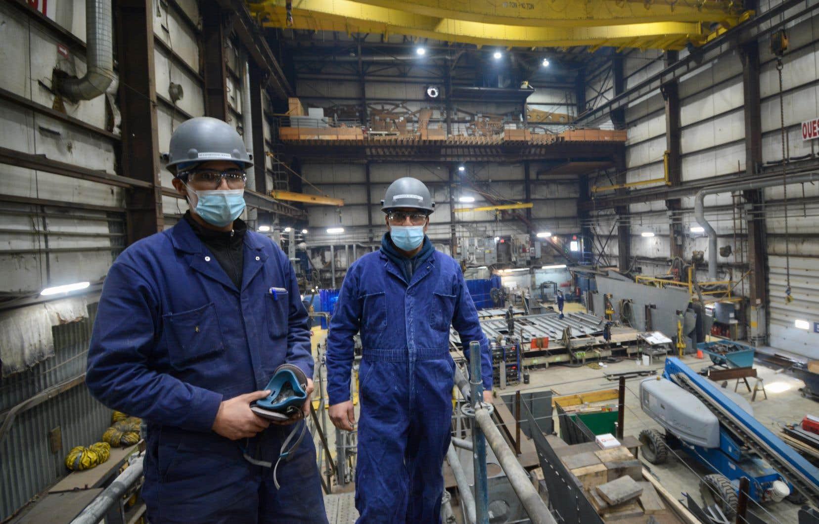 Mahmoud Zina (à gauche) et Mohamed Ksida (à droite) au chantier naval de L'Isle-aux-Coudres