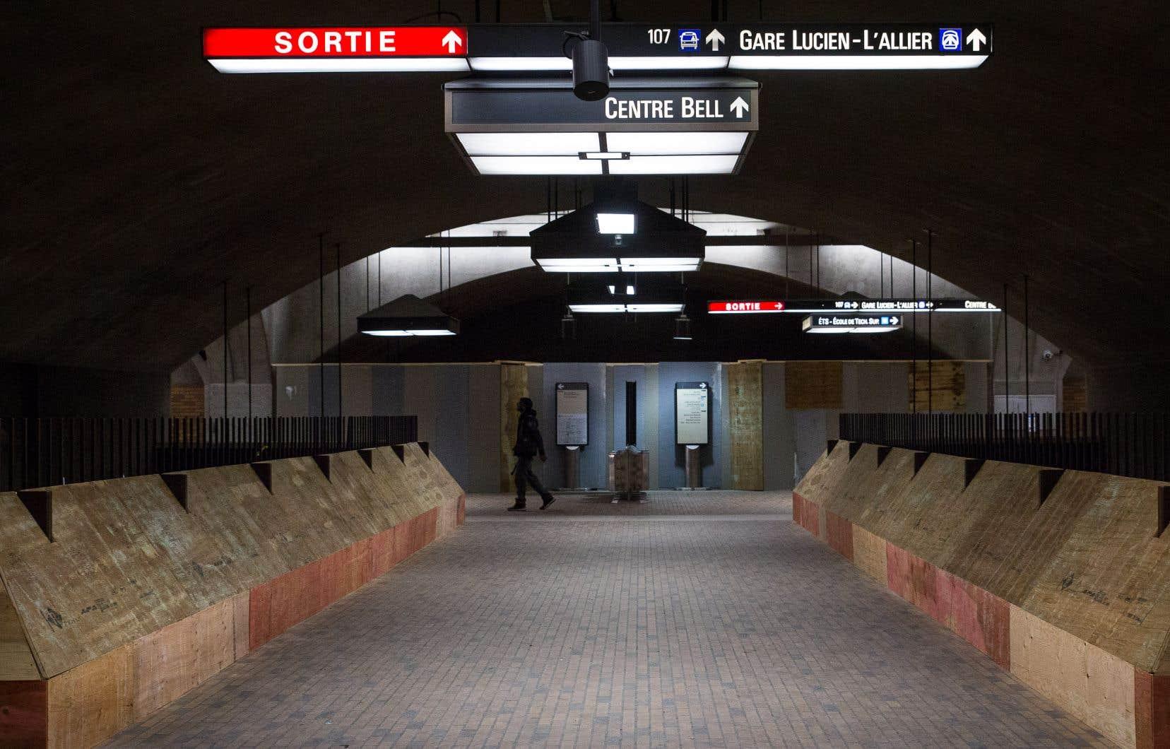 La STMa couvert les bancs de la station de métro Bonaventure de panneaux de contreplaqué.