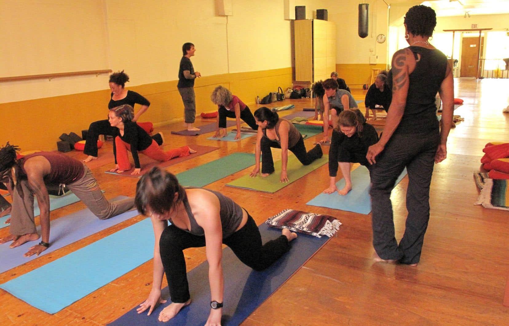 Même le yoga peut être perçu comme de l'appropriation culturelle. Des cours de yoga gratuits furent annulés en 2015 à l'Université d'Ottawa pour ce motif. Une scène du film «Planète Yoga» de Carlos Ferrand.